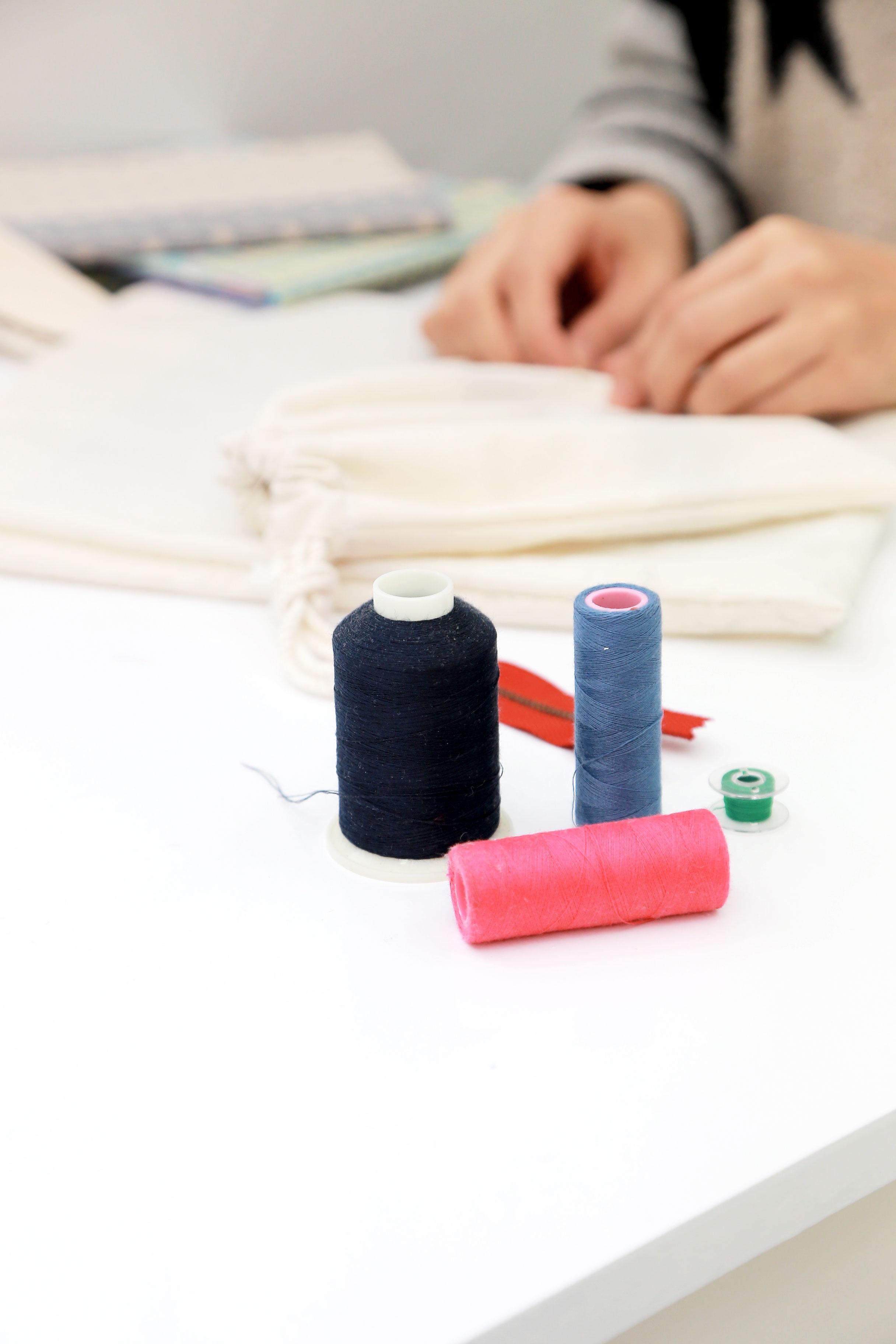 Fotos gratis : material, tela, de coser, máquina de coser, hilo ...
