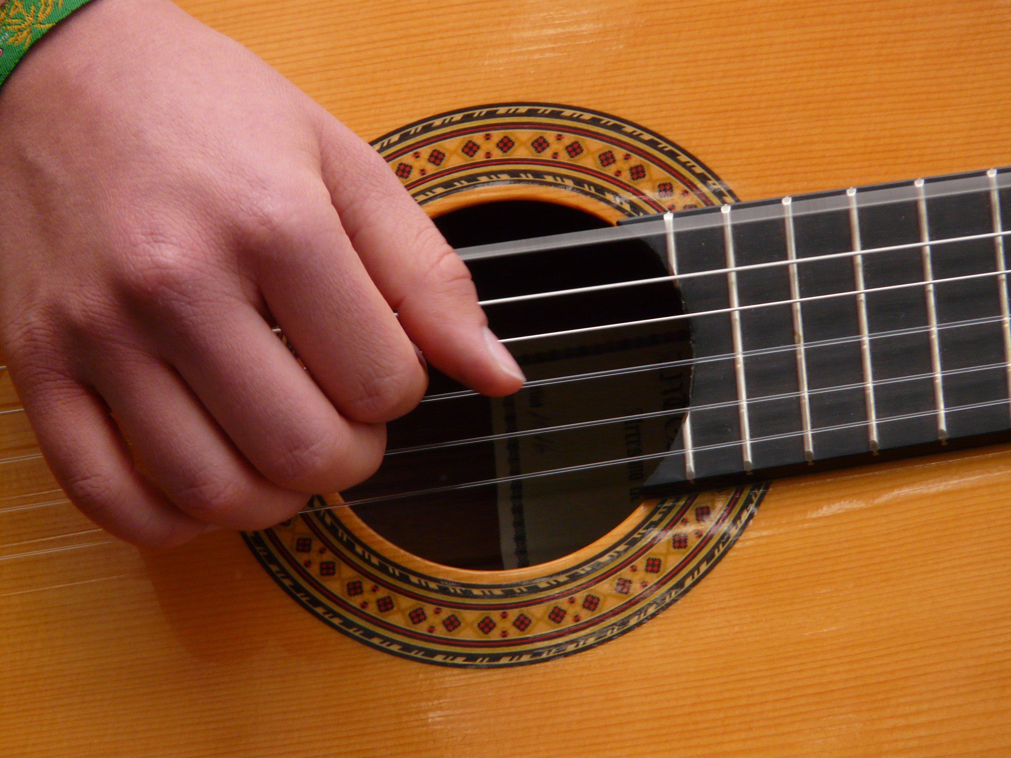 расположение струн на гитаре картинка брать яркие цвета