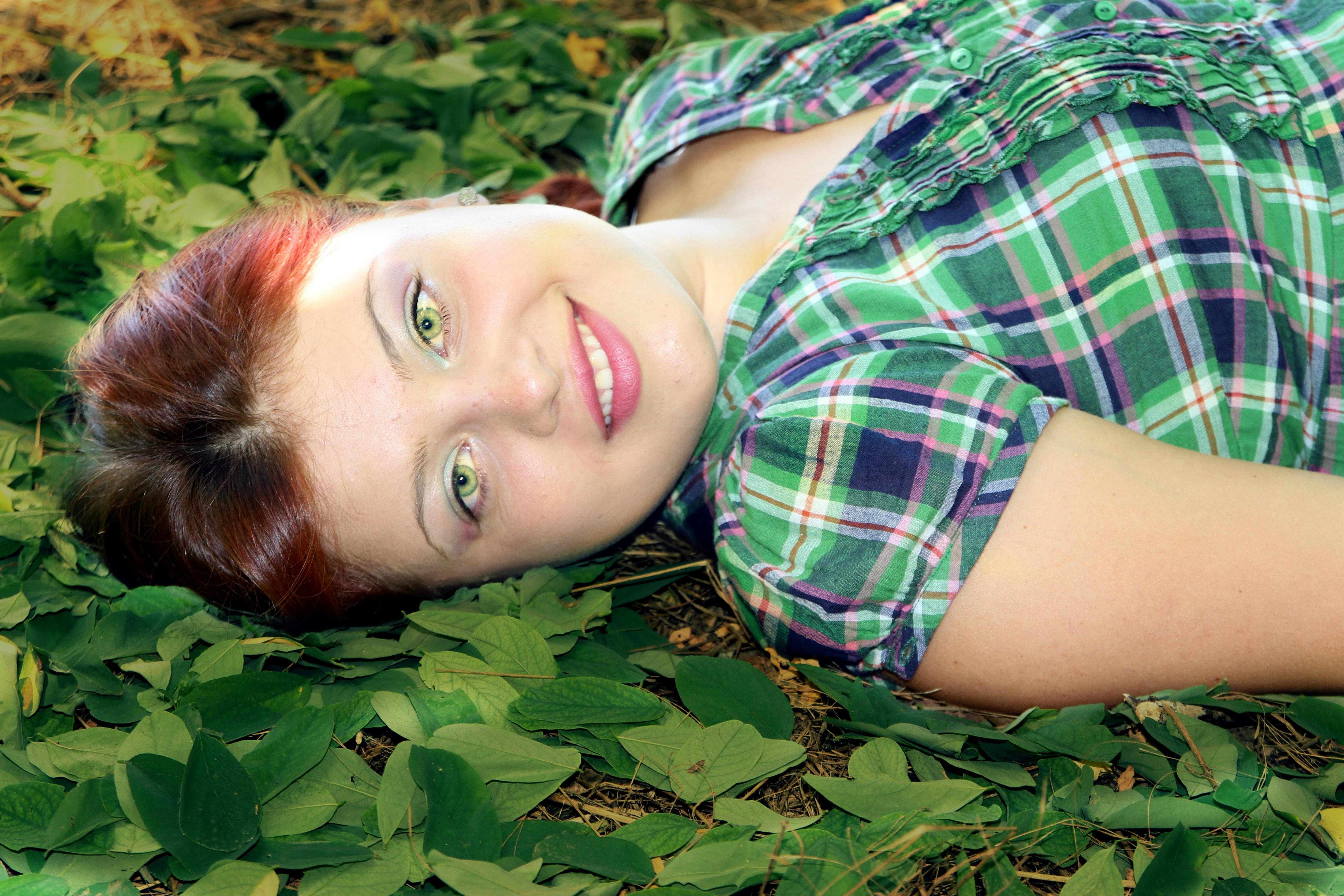 Mädchen mit roten haaren und grünen augen