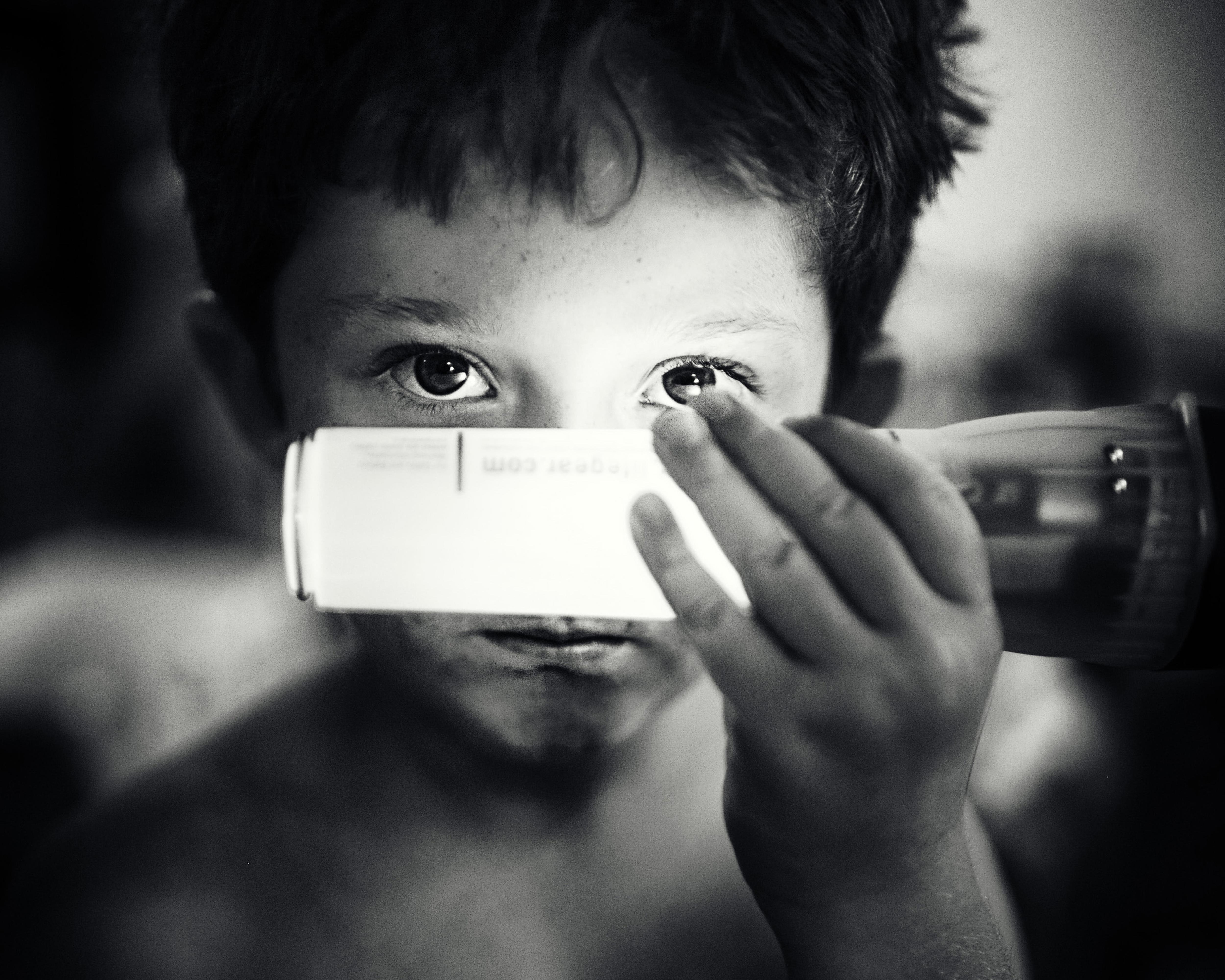 Gambar tangan orang cahaya hitam dan putih gadis anak