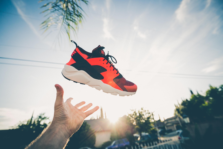 hình ảnh : tay, người, Bầu trời, Giày quần vợt, giày dép, Hình nền máy tính 2880x1920