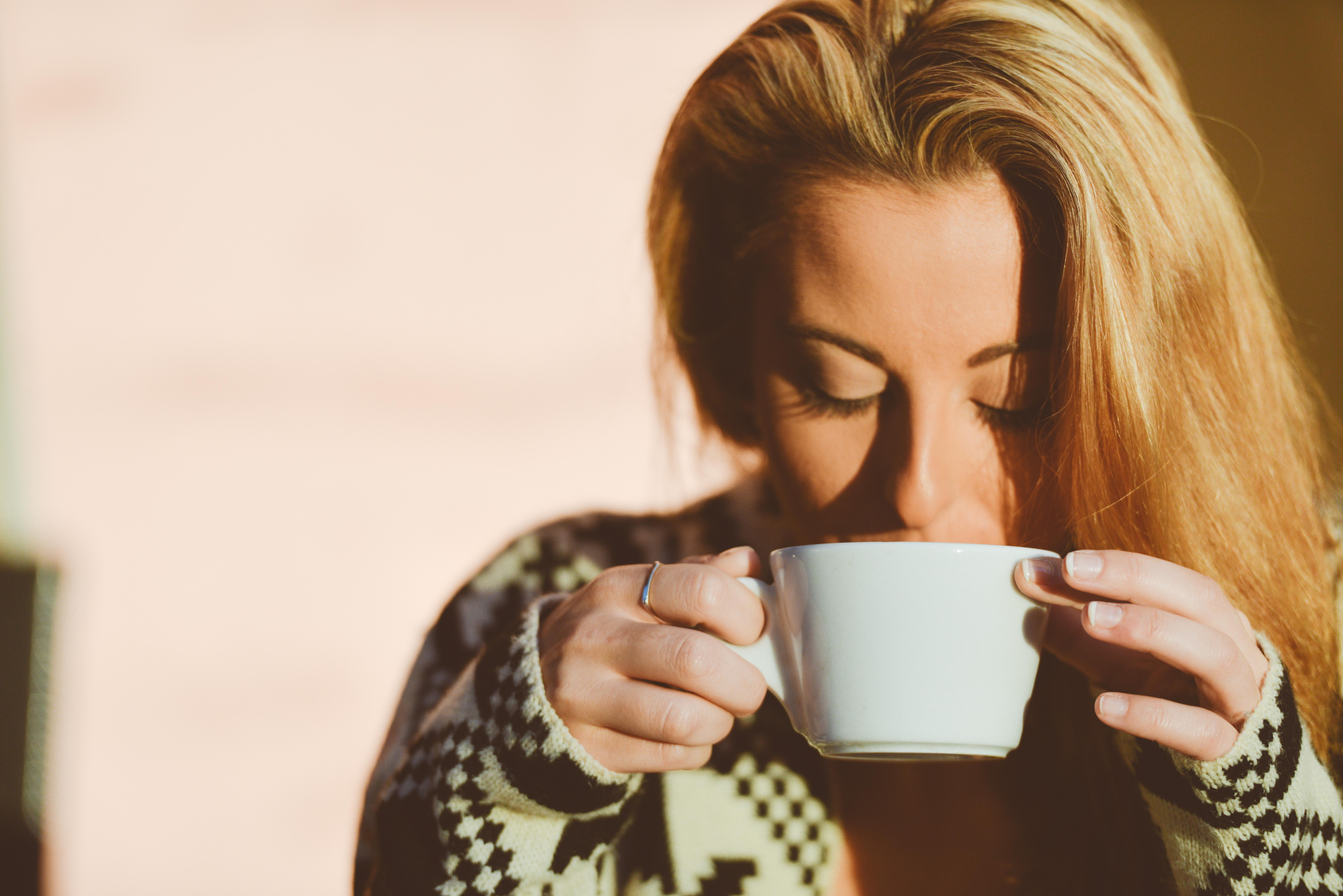 Картинки с девушкой и чашкой чая