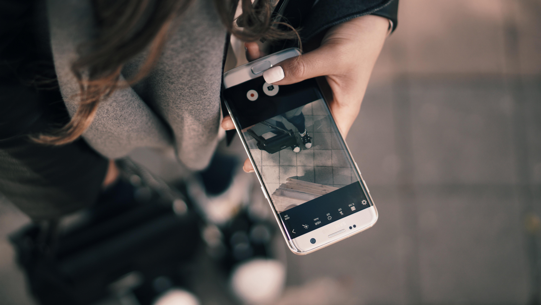 простой телефон фотографирует а фото черное логично
