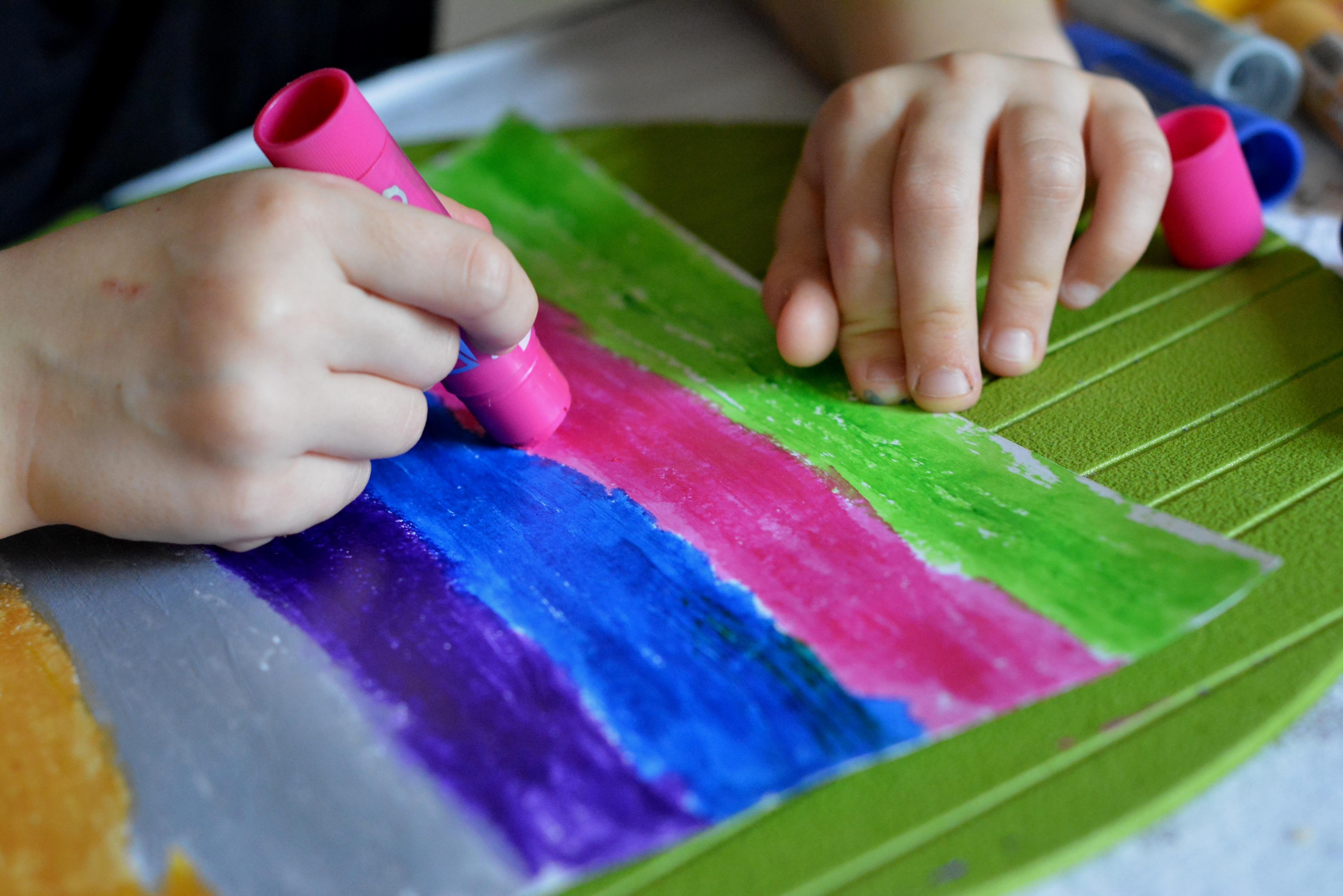 Fotos gratis : mano, jugar, flor, pétalo, dedo, comida, color, niño ...