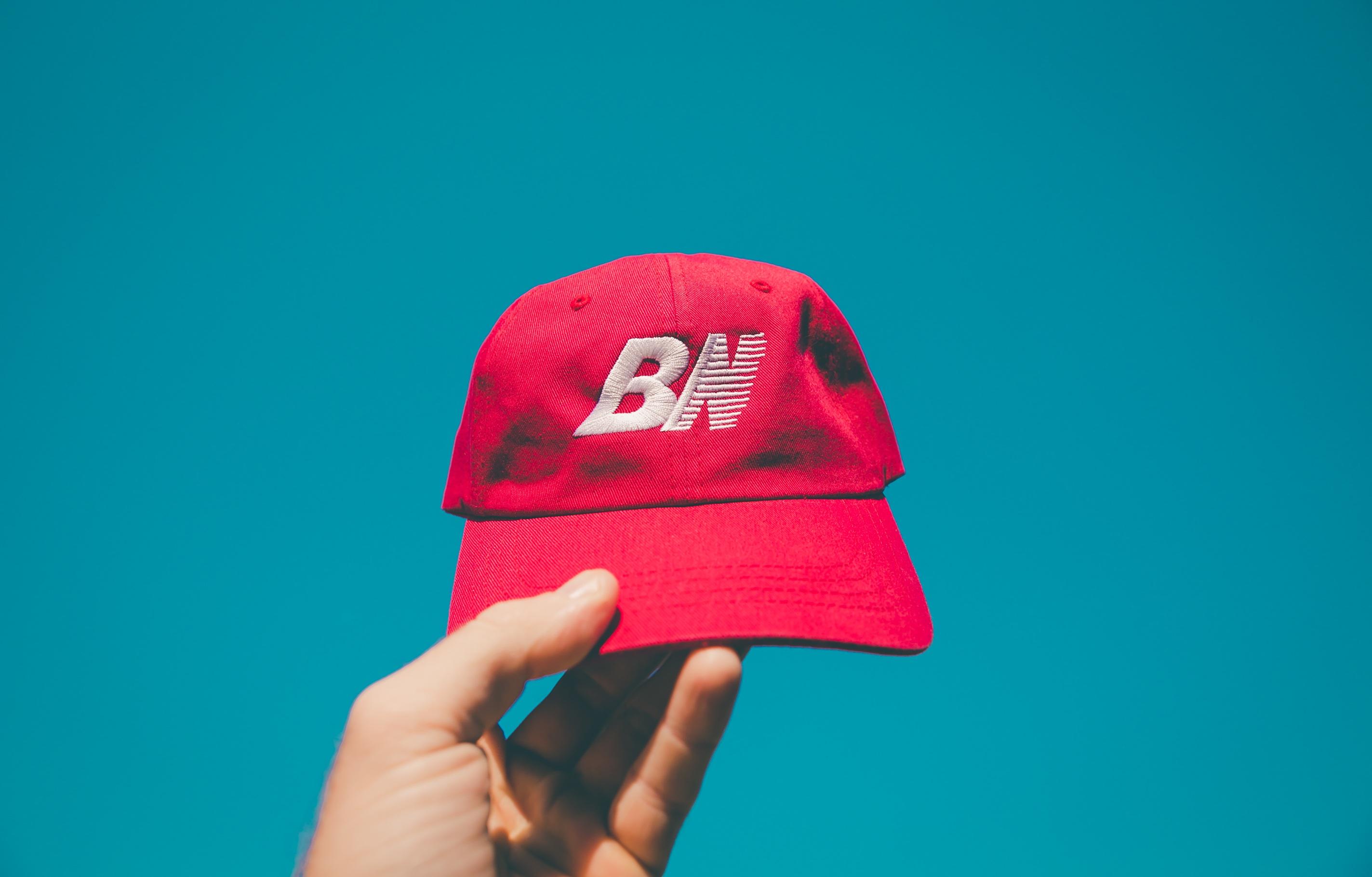 tangan merah warna bendera topi pakaian berwarna merah muda penutup kepala topi