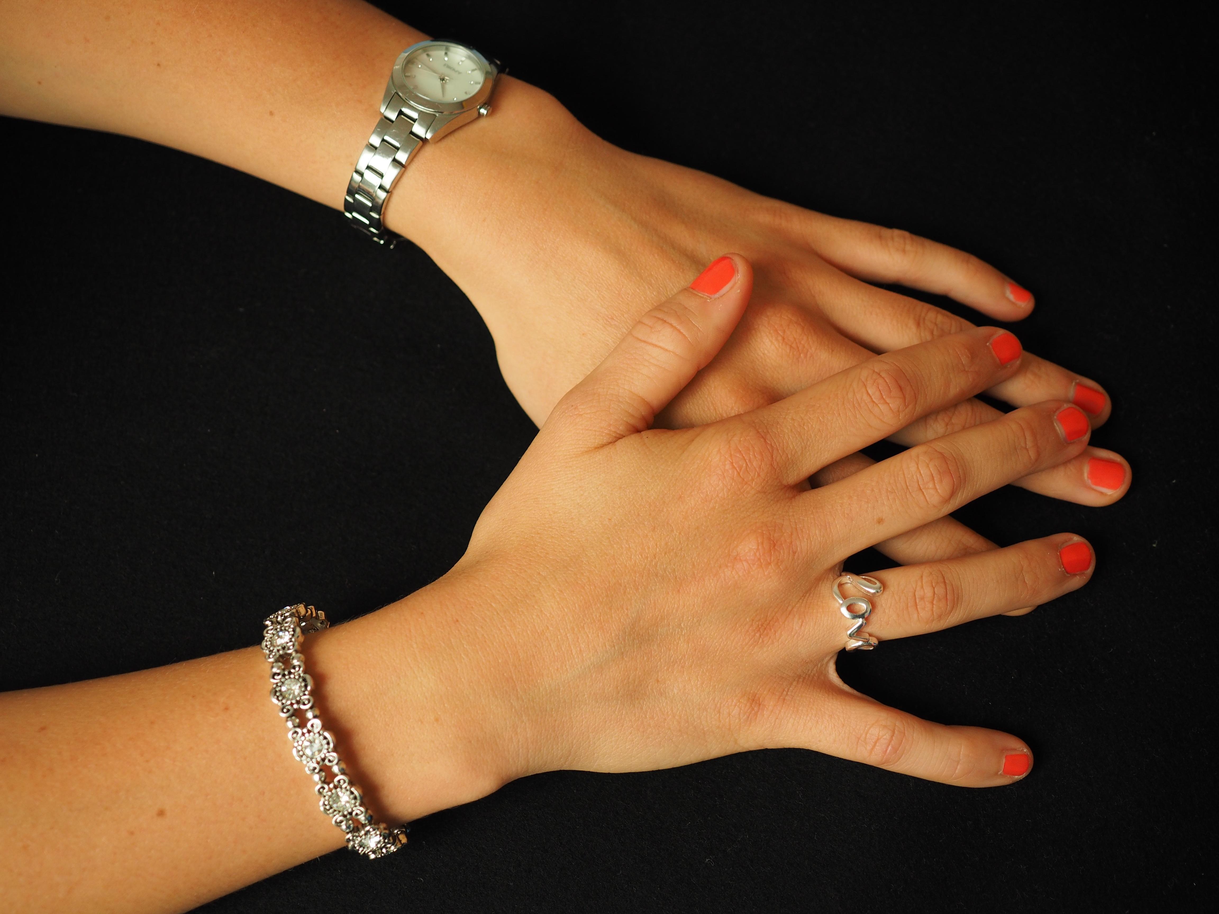 Kostenlose foto : Hand, Ring, Uhr, Liebe, Arm, Nagel, Armreif ...