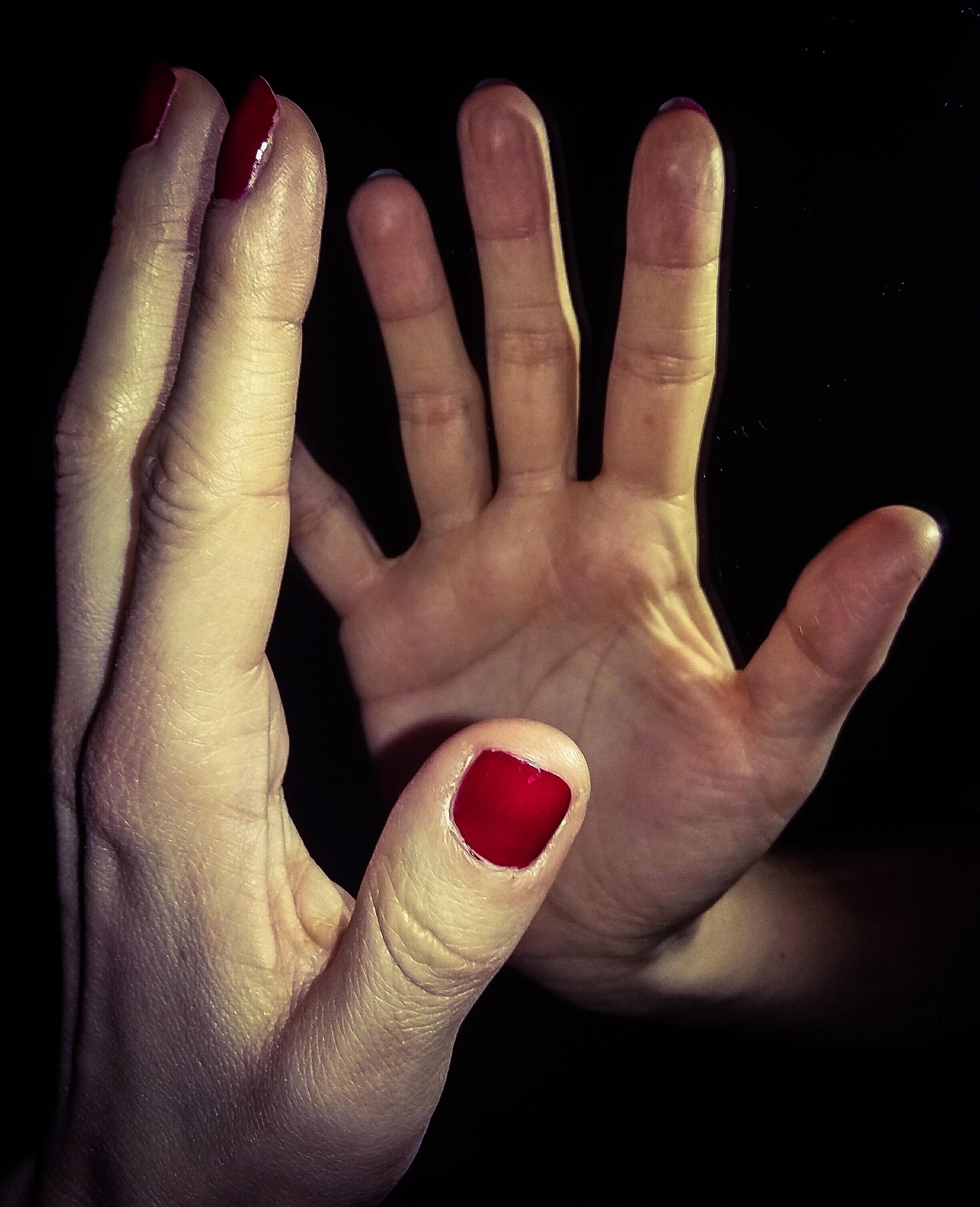 Fotos gratis : anillo, dedo, reflexión, rojo, brazo, uña, de cerca ...
