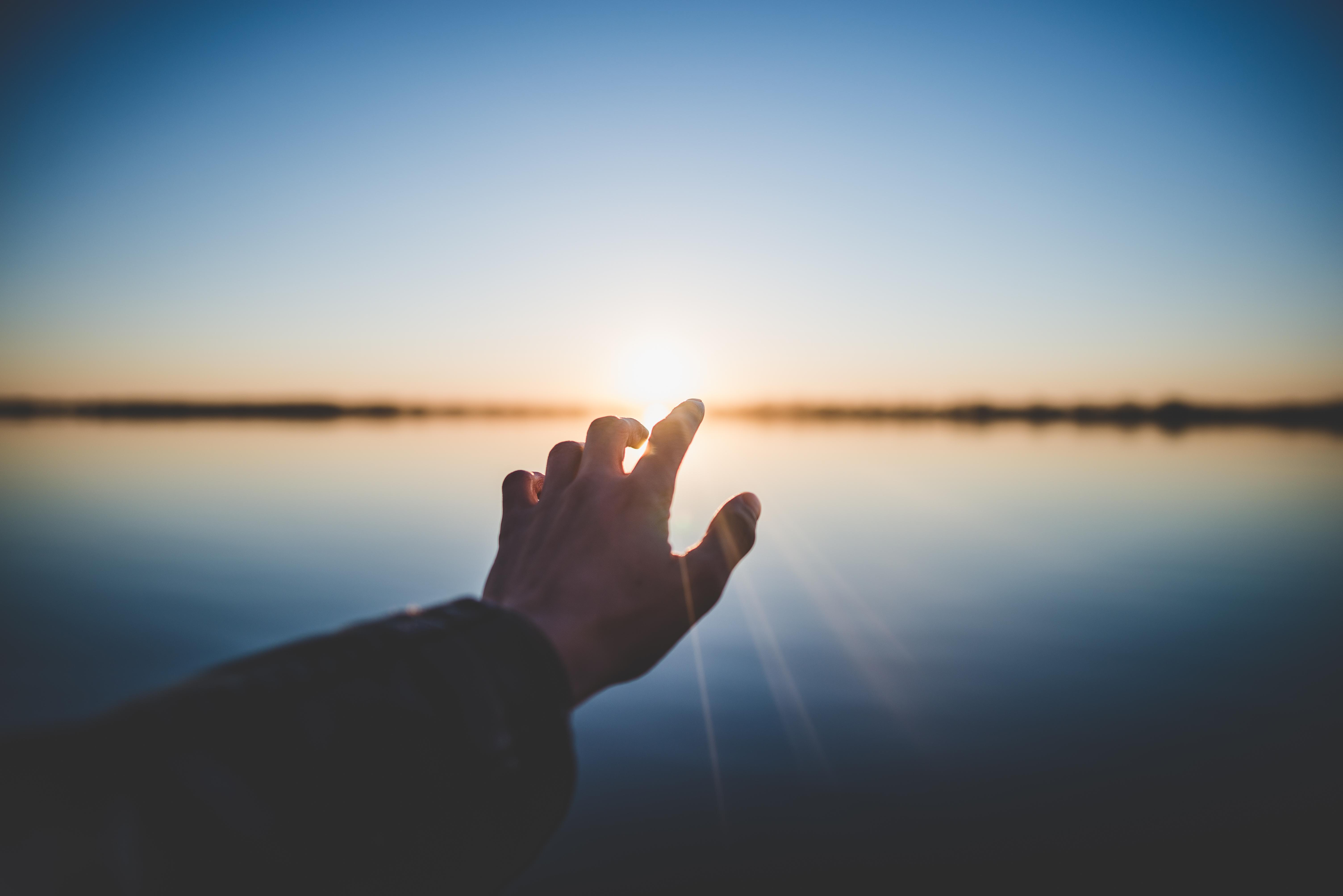 красивые картинки рук на фоне неба такой