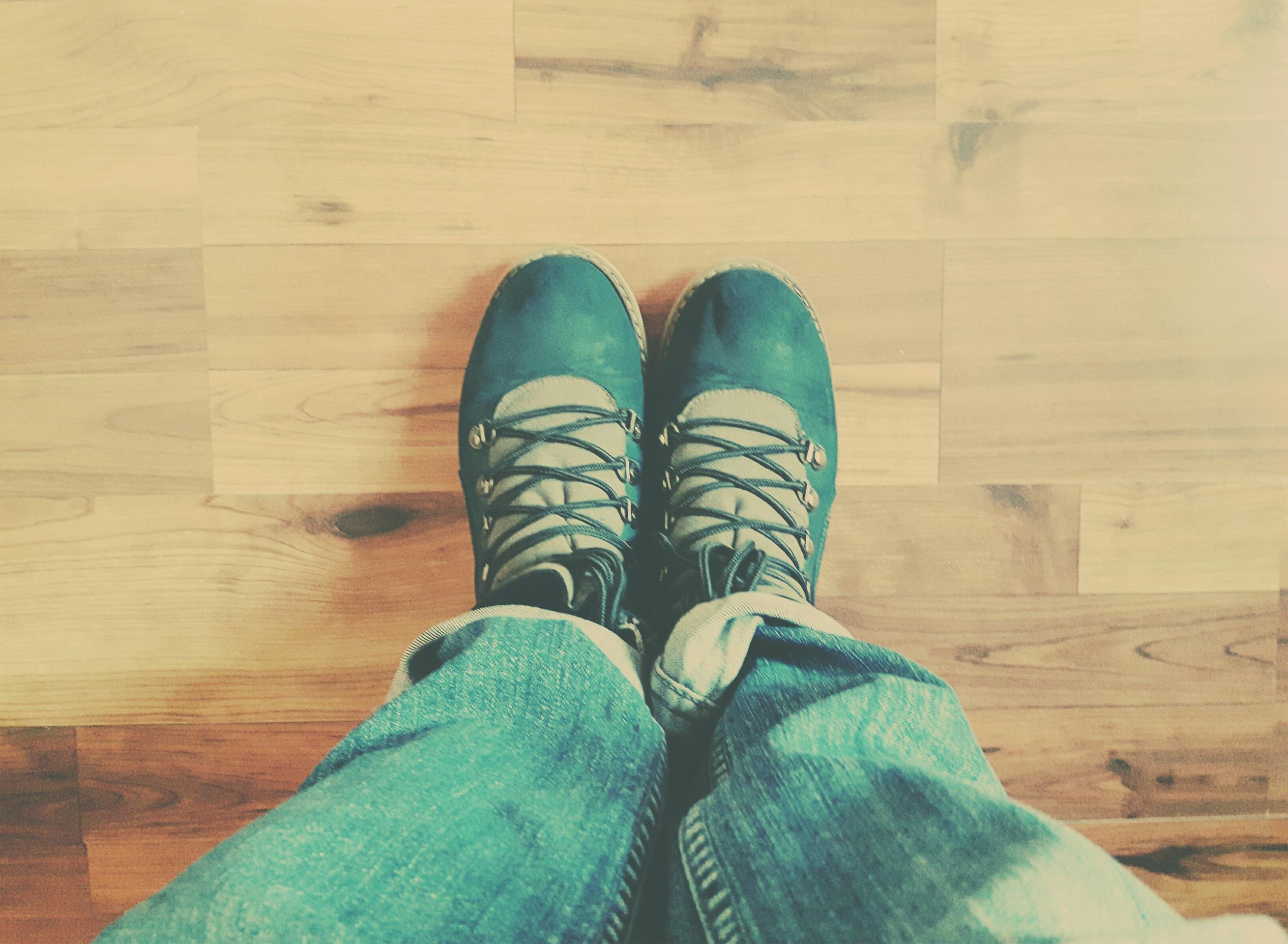 Fotoğraf El Ayakkabı Ahşap Zemin Ayaklar Bacak Parmak Bahar