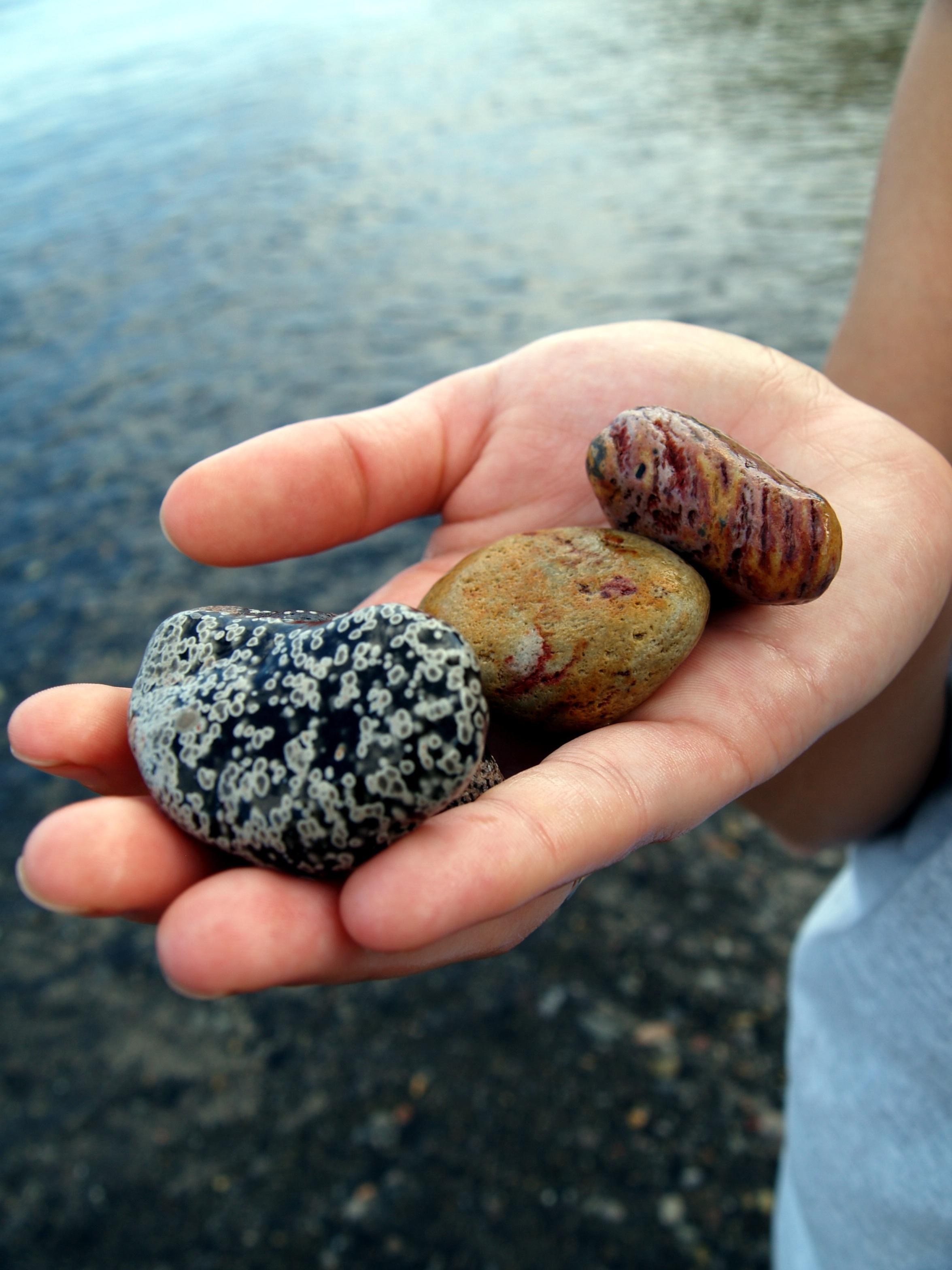 Картинки с камнями в руках