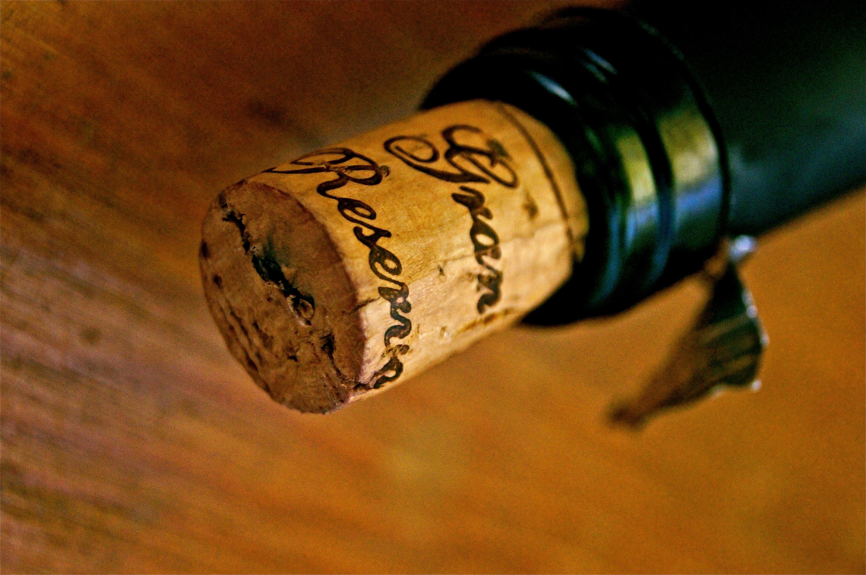 Kostenlose foto : Hand, Holz, Wein, Küche, Getränk, Flasche, Koch ...