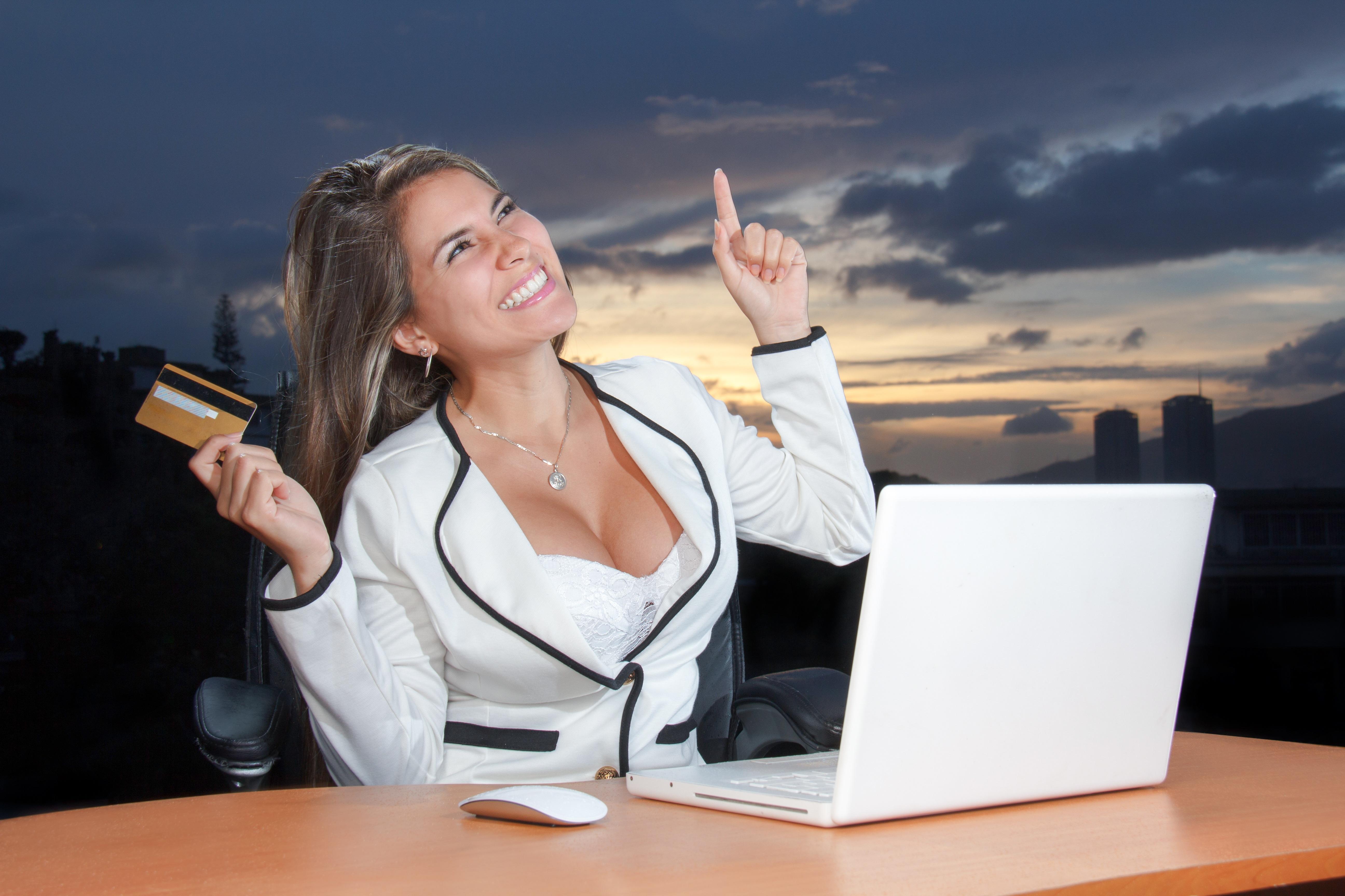 девушке за работой онлайн
