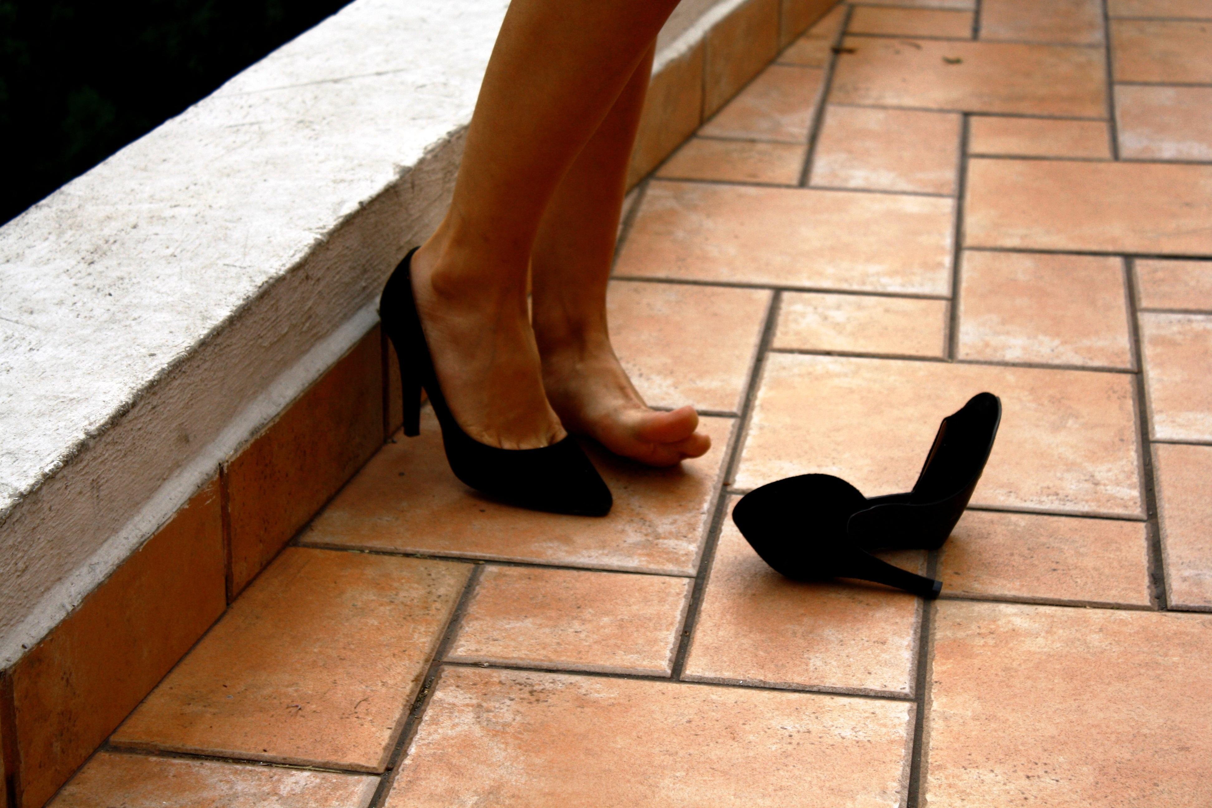 Fotos Gratis Zapato Piso Pierna Pie Azulejo Negro Mueble  # Muebles Piel Humana