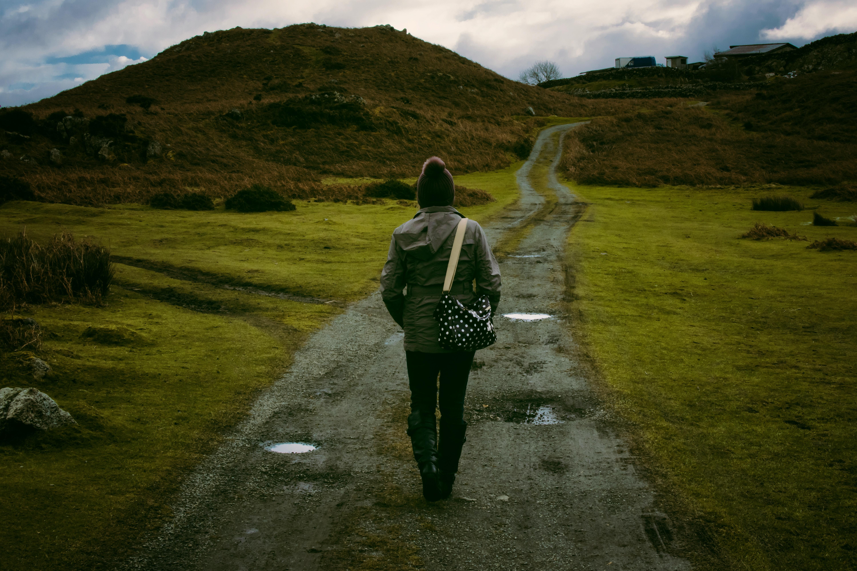 фото парень идет по дороге женщин