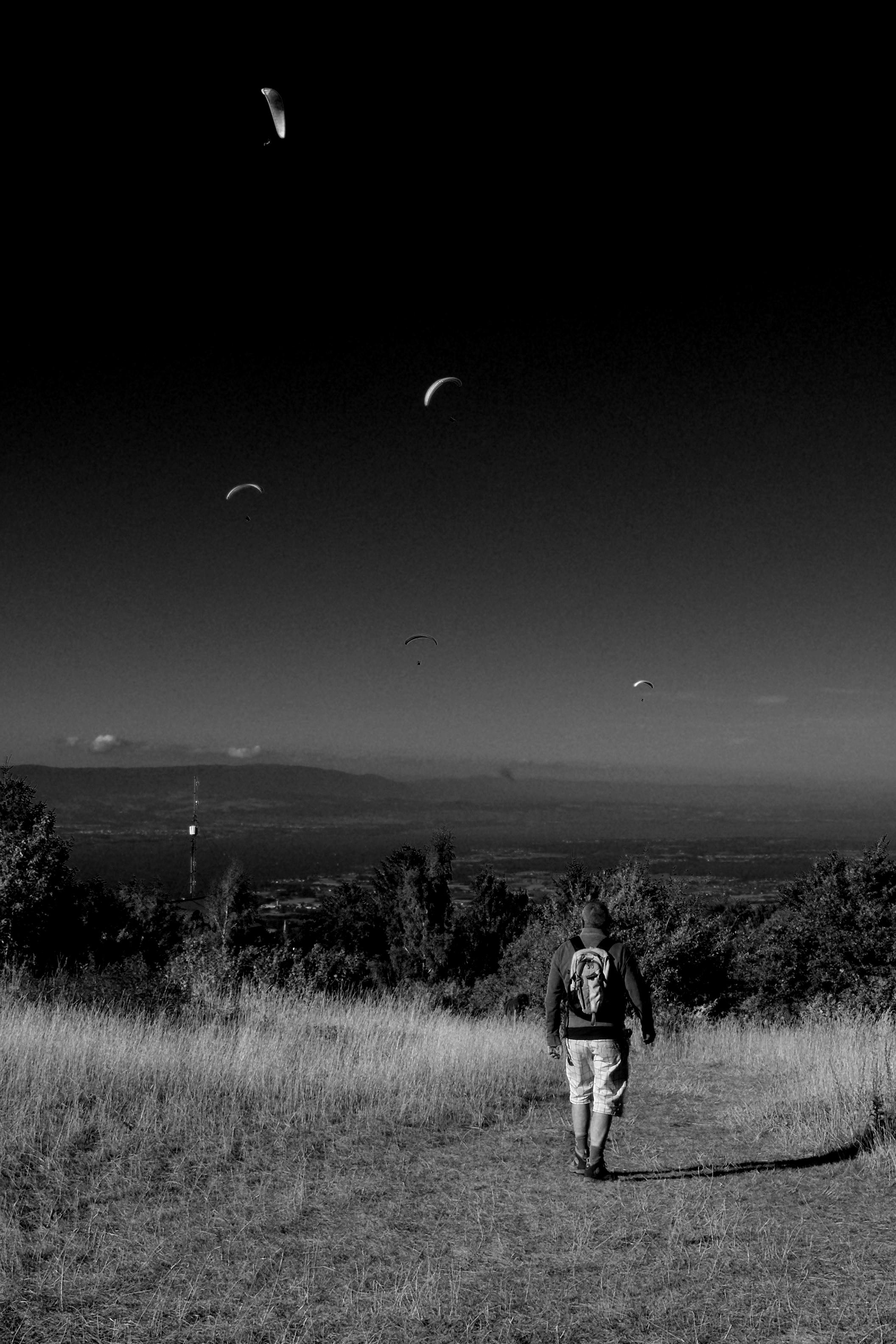 hình ảnh : Đường chân trời, đen và trắng, những người, Bầu trời, đêm, không khí, bóng tối, Đơn sắc, mặt trăng, Ánh trăng, Chụp ảnh đường phố, Bw, đen trắng, ...