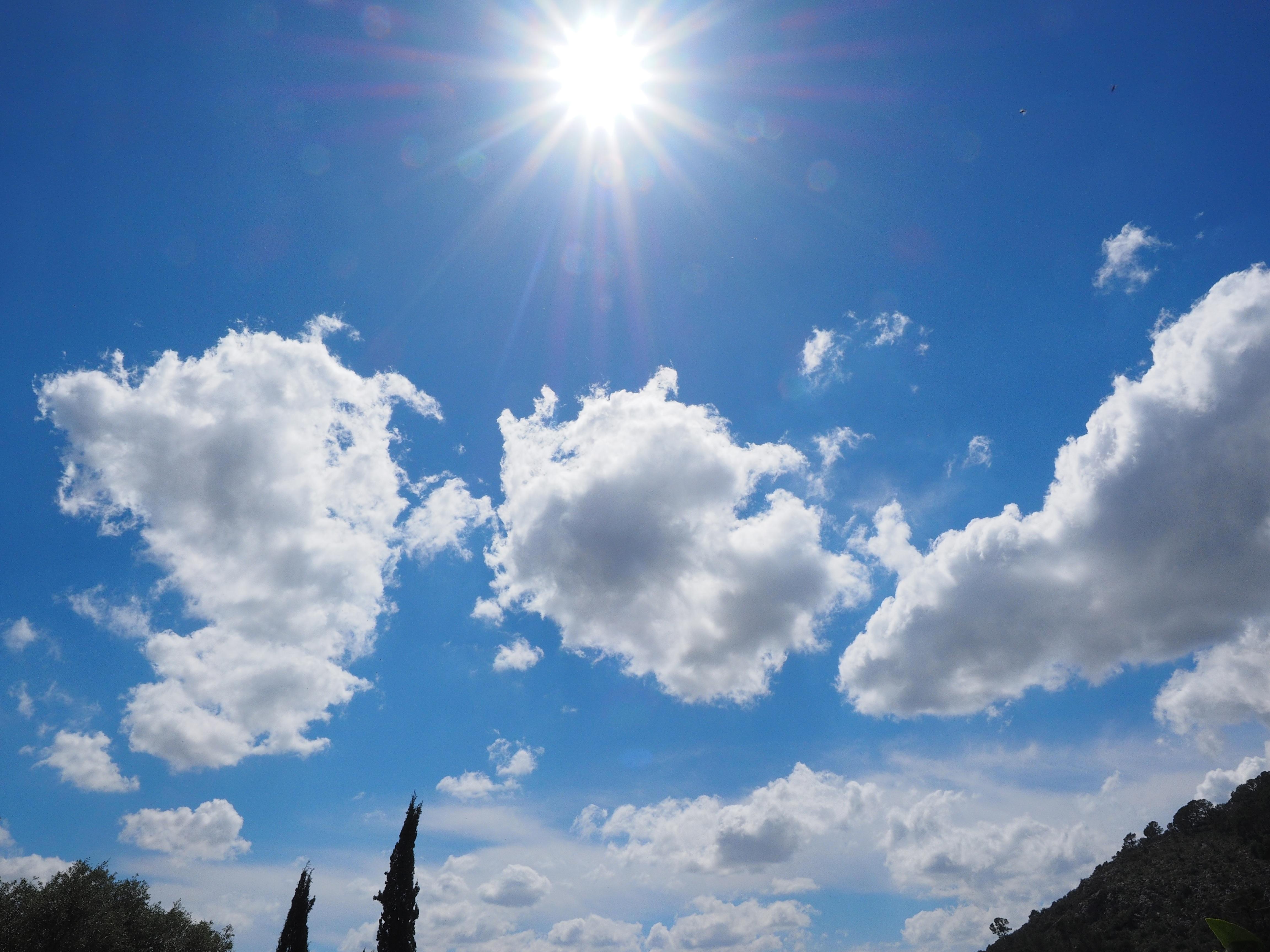 Фото небо с облаками и солнцем