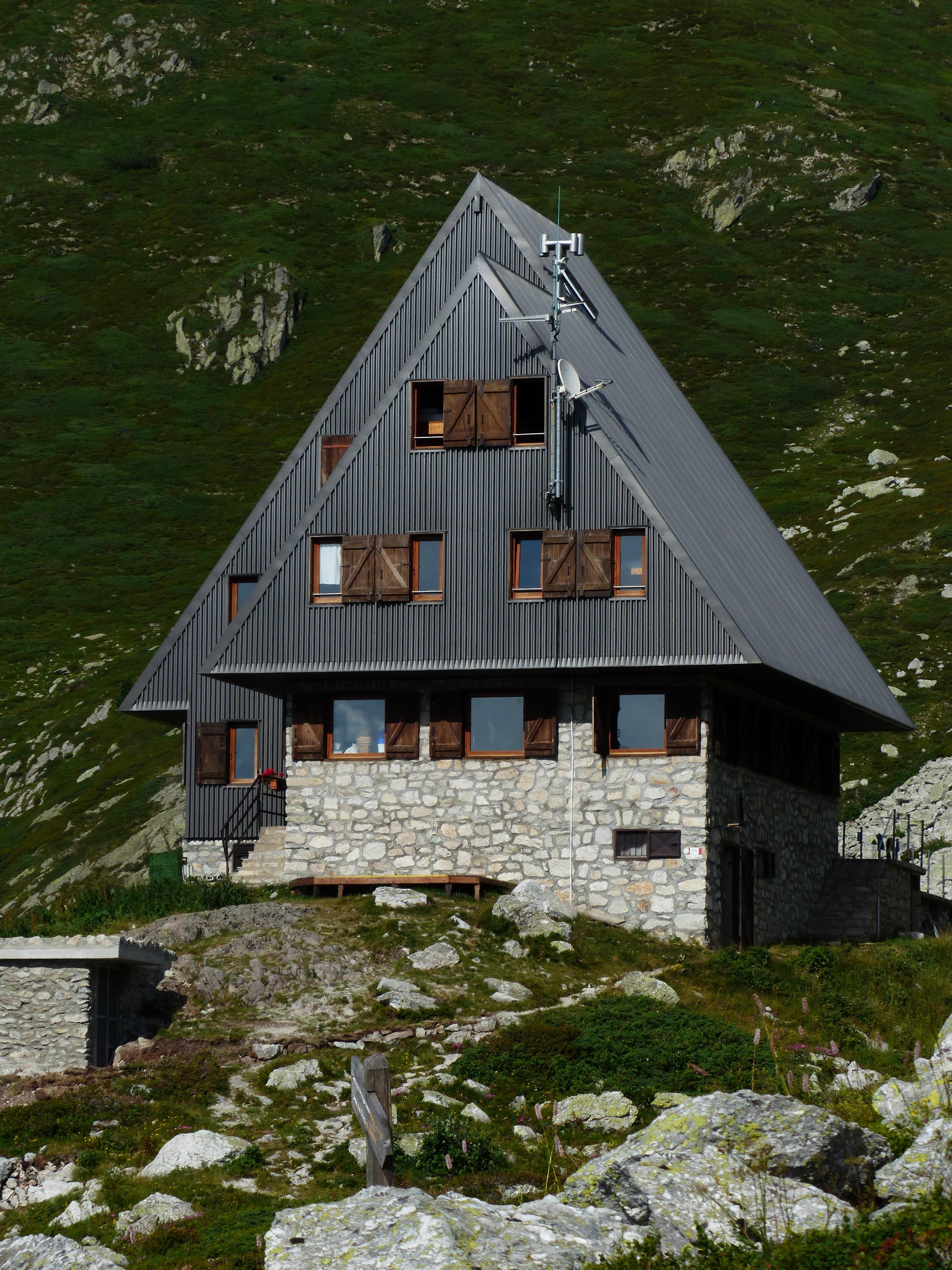 images gratuites b timent grange une randonn e chalet italie alpin chapelle montagnes. Black Bedroom Furniture Sets. Home Design Ideas
