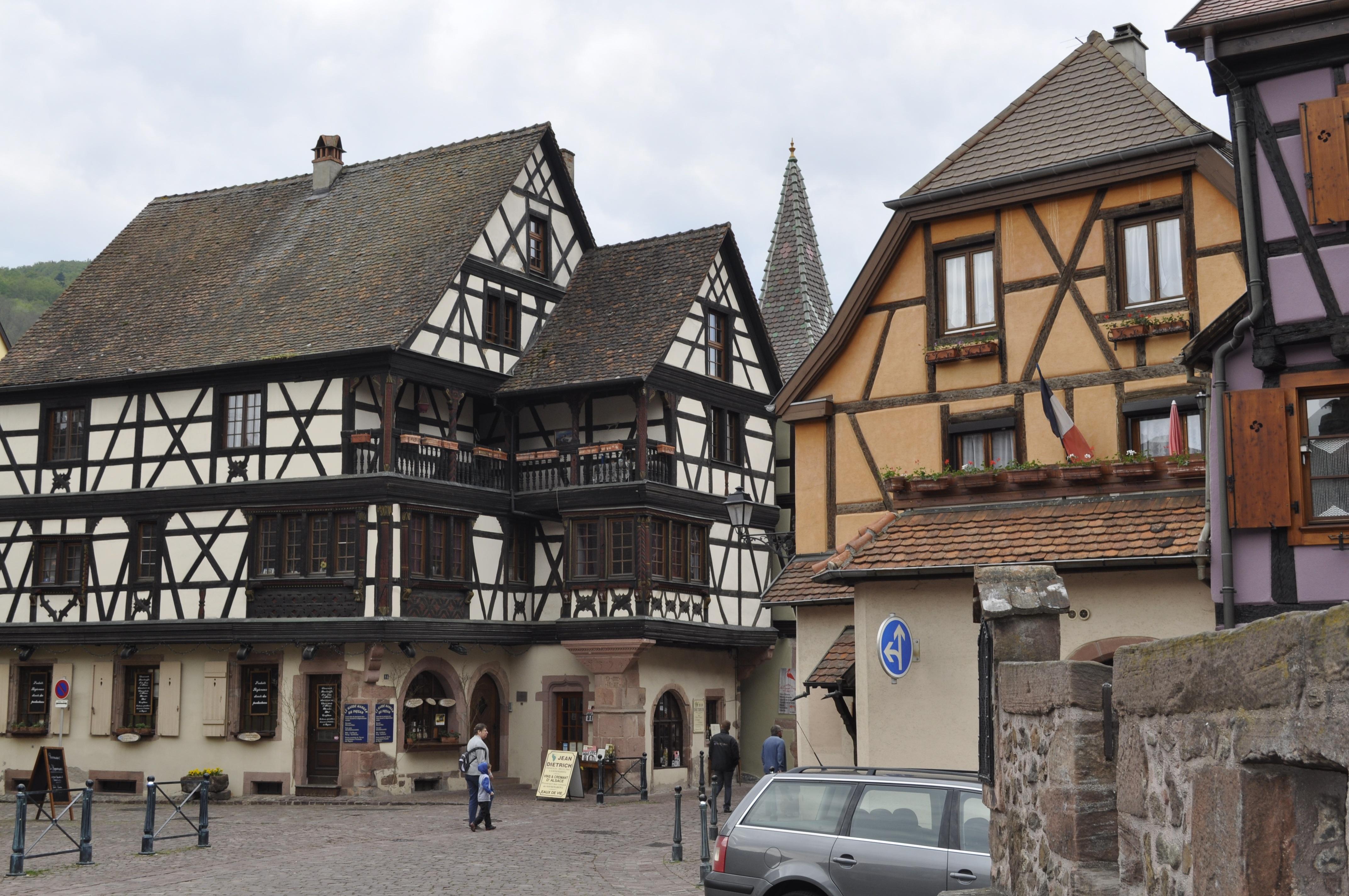 casa pueblo edificio casa pueblo suburbio cabaa fachada propiedad suiza inmuebles chalet barrio barrio residencial kaysersberg