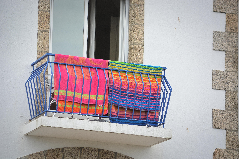 Gratis billeder : hus, vindue, by, by-, væg, altan, mønster, farve ...