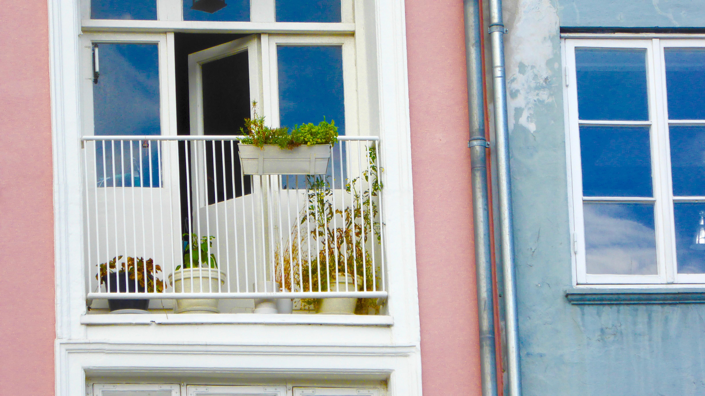 images gratuites : maison, porche, balcon, chalet, couleur, façade