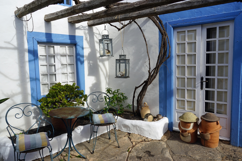 Fotos gratis ventana cobertizo porche caba a patio interior acogedor propiedad azul - Ley propiedad horizontal patio interior ...