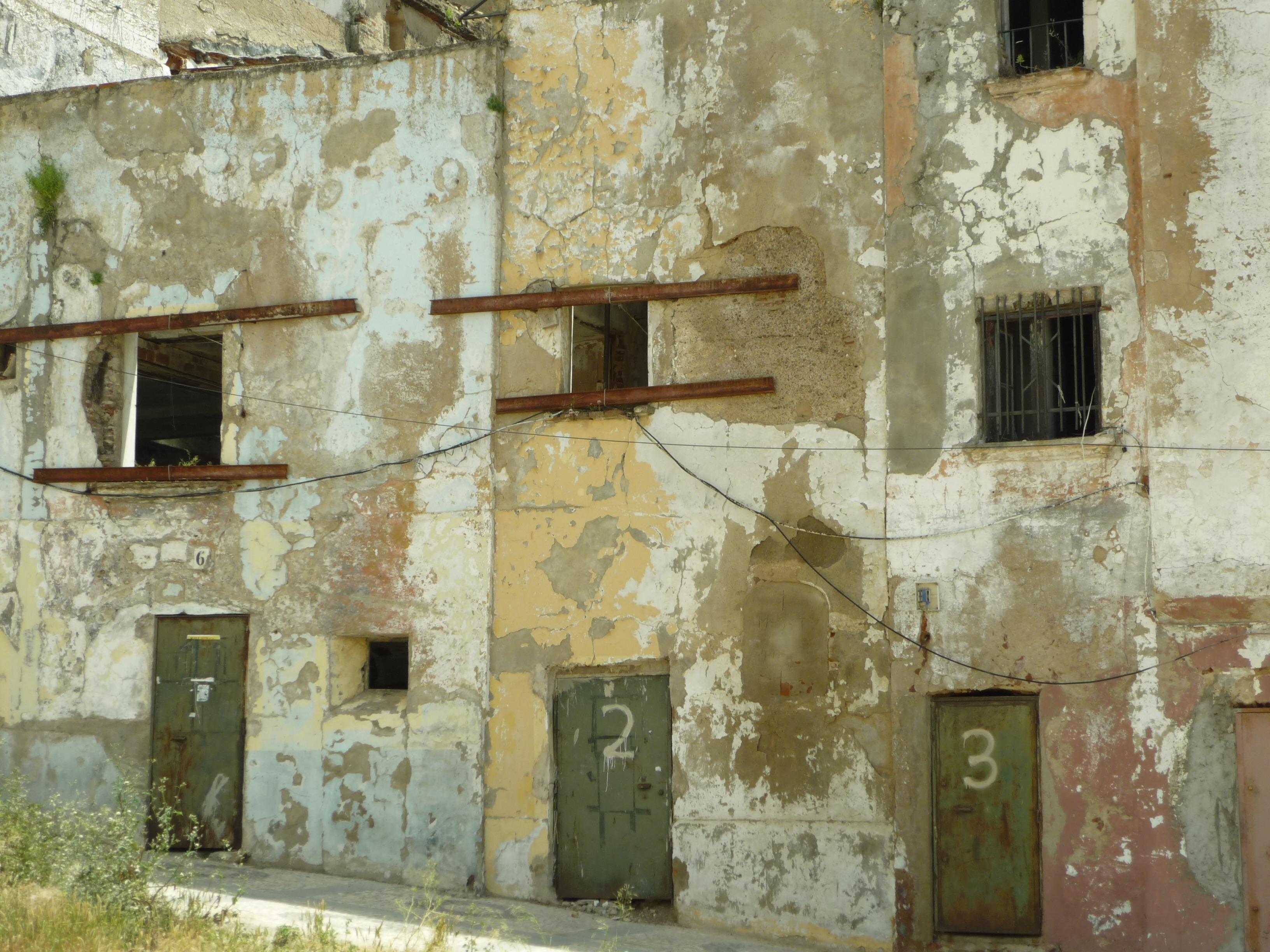 Fachadas de casas antiguas el di rio canal san cassiano con barcos y coloridas fachadas de - Restaurar casas antiguas ...