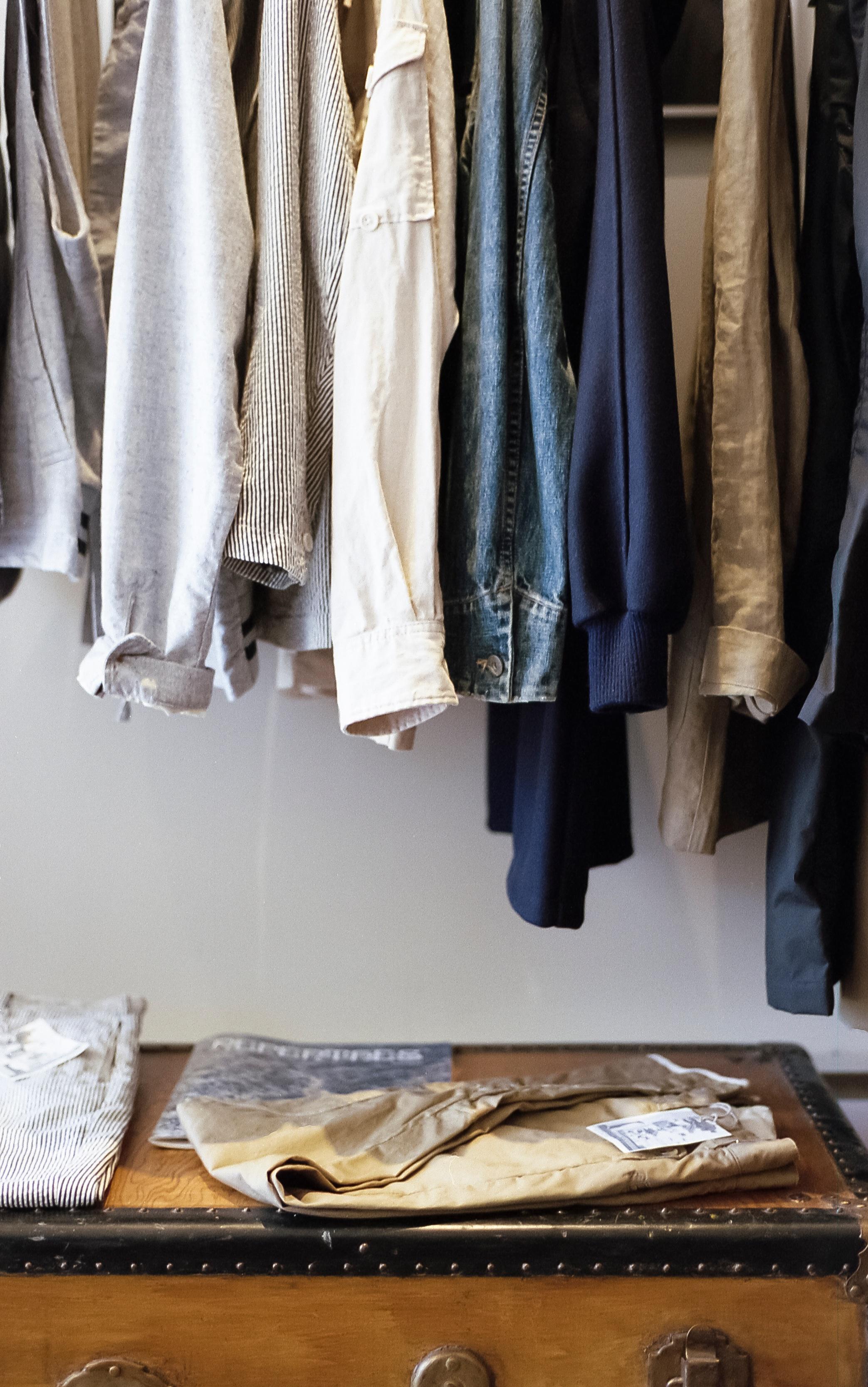 Fotos gratis : pantalones, mueble, habitación, camisa, pecho, prenda ...