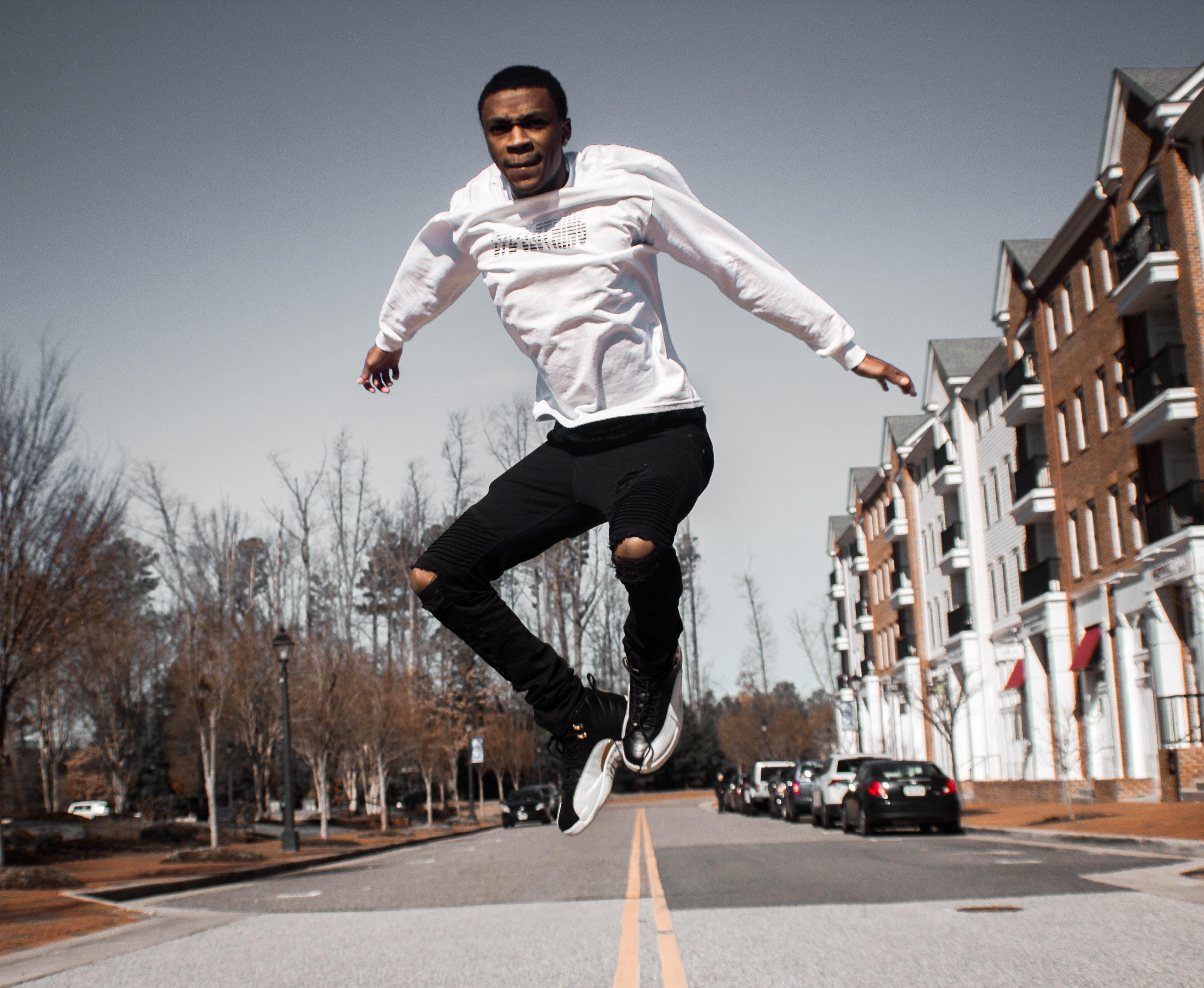 друзья четкие фото человек в прыжке сравнению традиционными