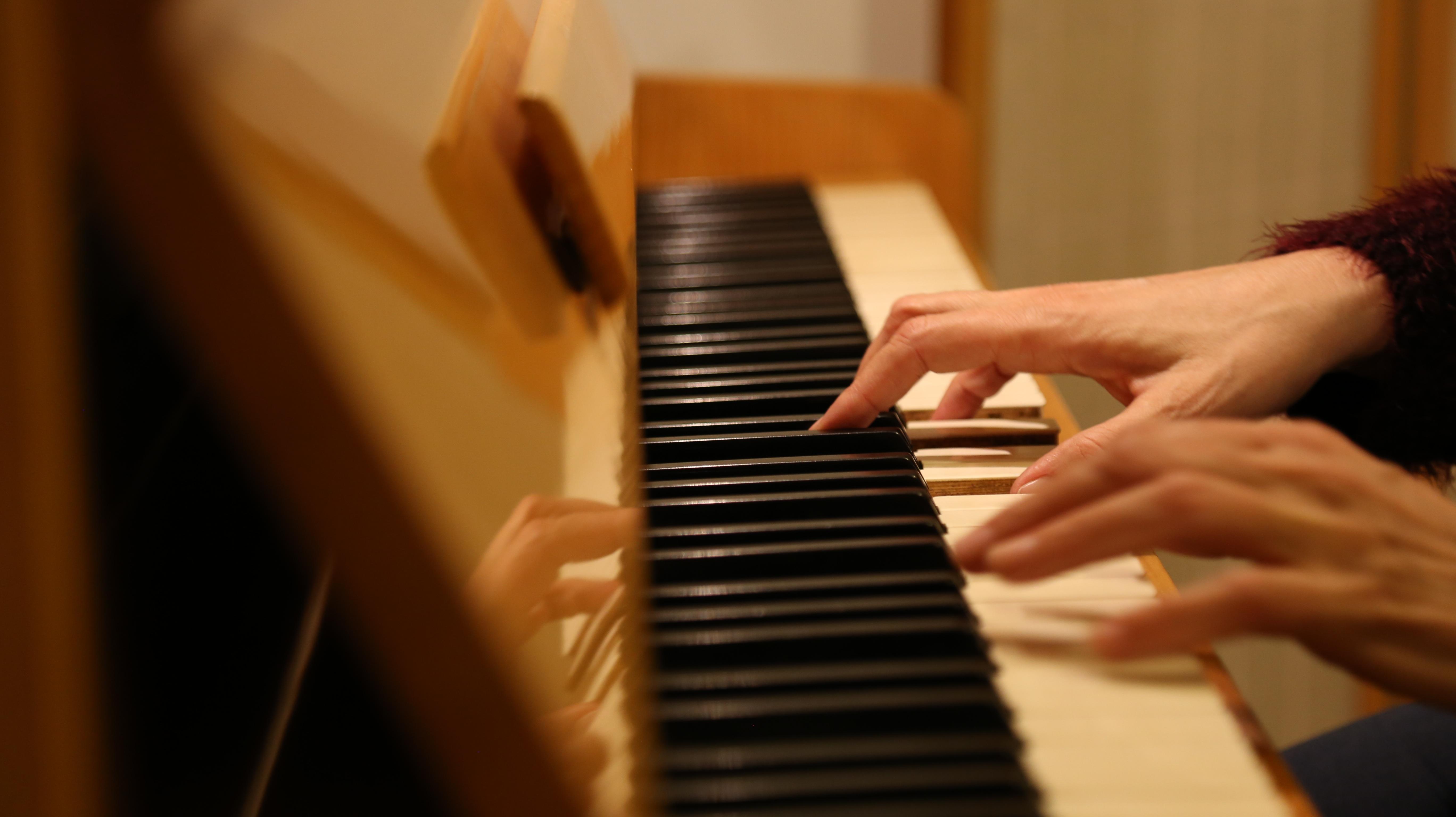 видео как учили девушку играть на пианино позорять