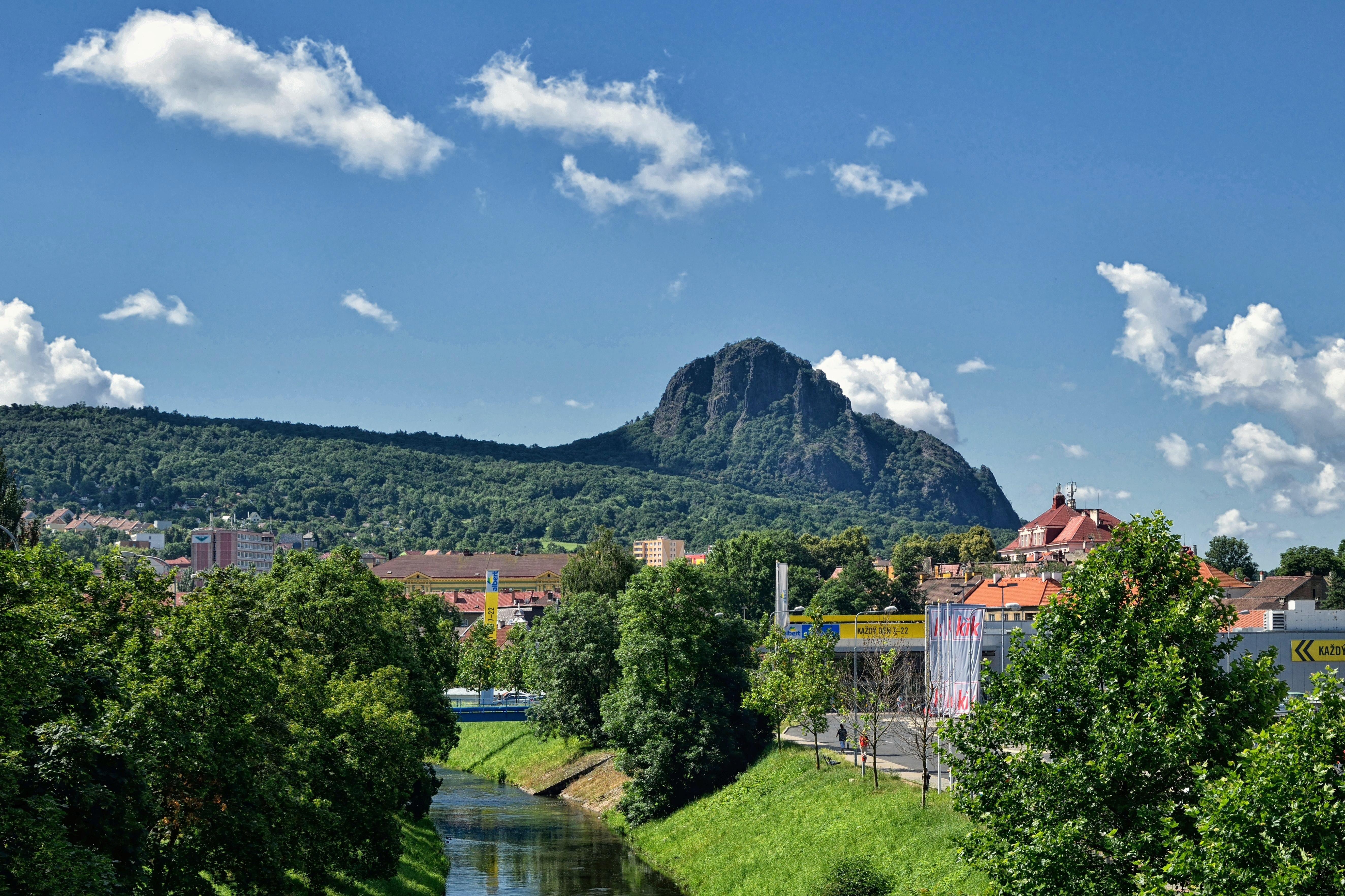 Gambar Pemandangan Horison Gunung Bukit Bunga Kota