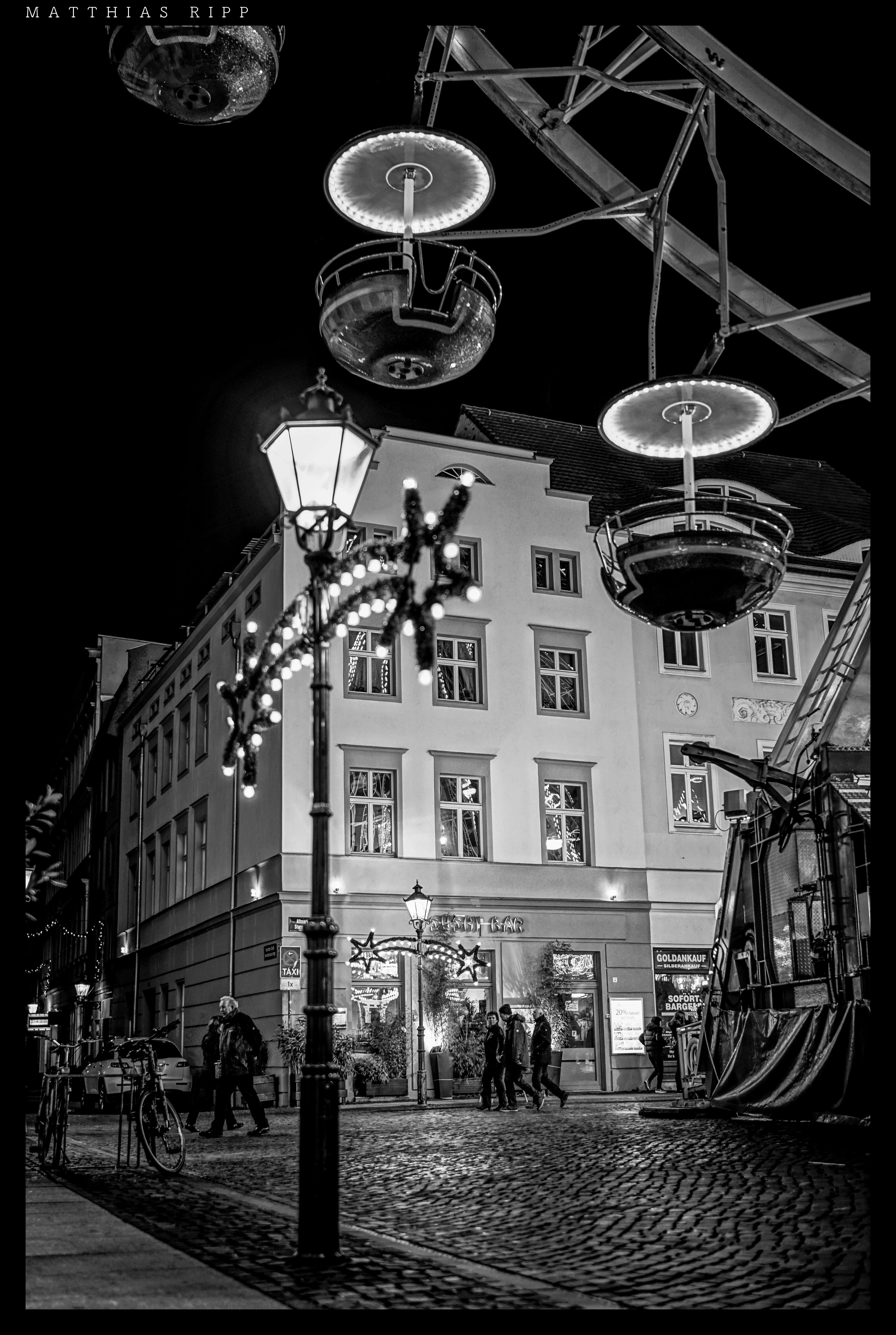 無料画像 : 風景, 光, 黒と白, 夜, ホイール, 遊びます, シティ, 都市景観, ヨーロッパ, 闇, 街路灯, 歴史的な, 点灯, ファブリック, アート, 楽しい, バック, 35mm, 対称, 照明器具, ユーロパ, ドイツ, マルチ, 大きい, クンスト, シュワルツヴァイス, ソニー, ツァイス, 遠く離れた, アルファ, 形状, 介入, スパ, コットブス, モノクローム, 大都市, 7rii, 多言語, モノクロ写真, フィルム・ノワール 4898x7296