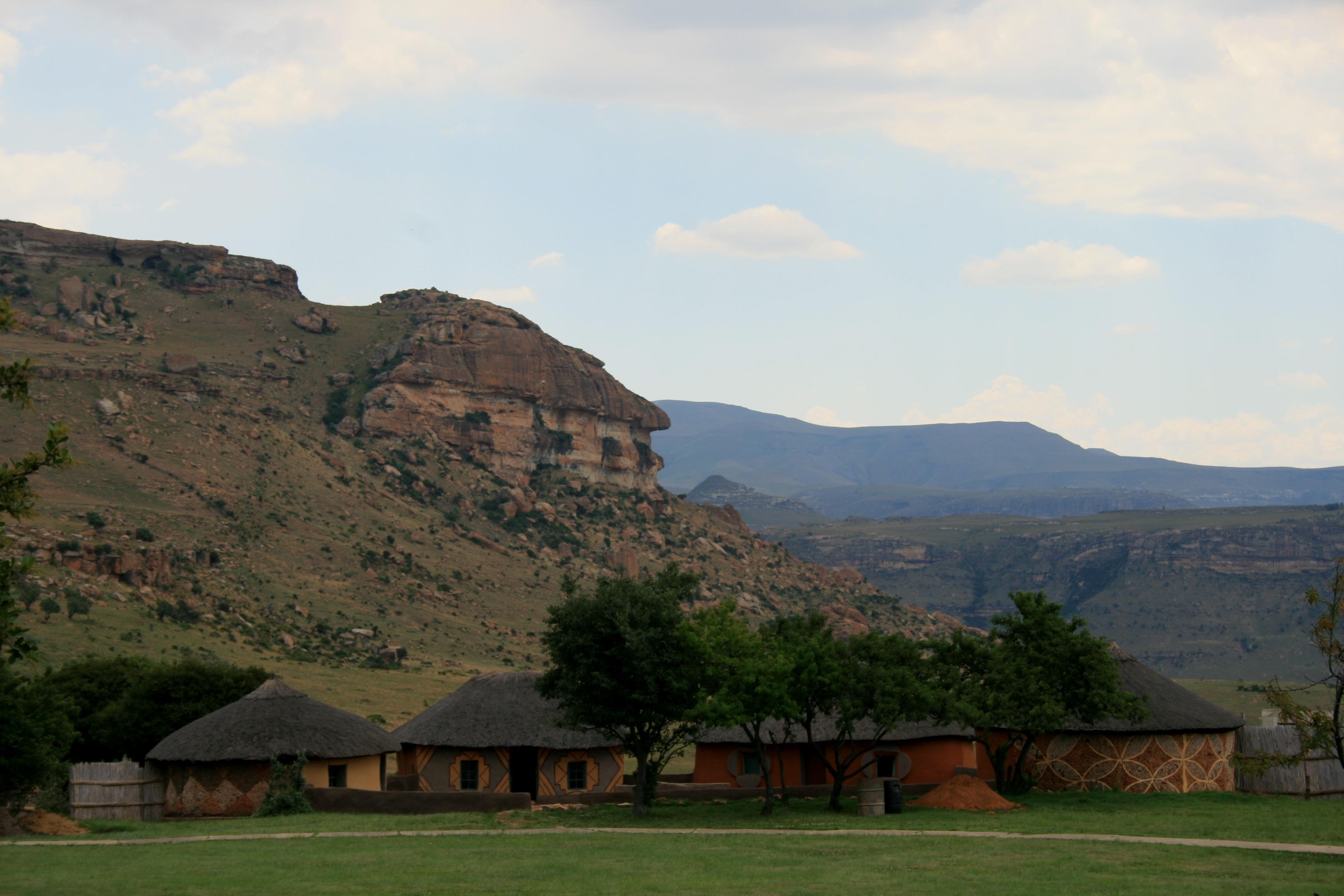 Gambar Pemandangan Gunung Bukit Danau Lembah