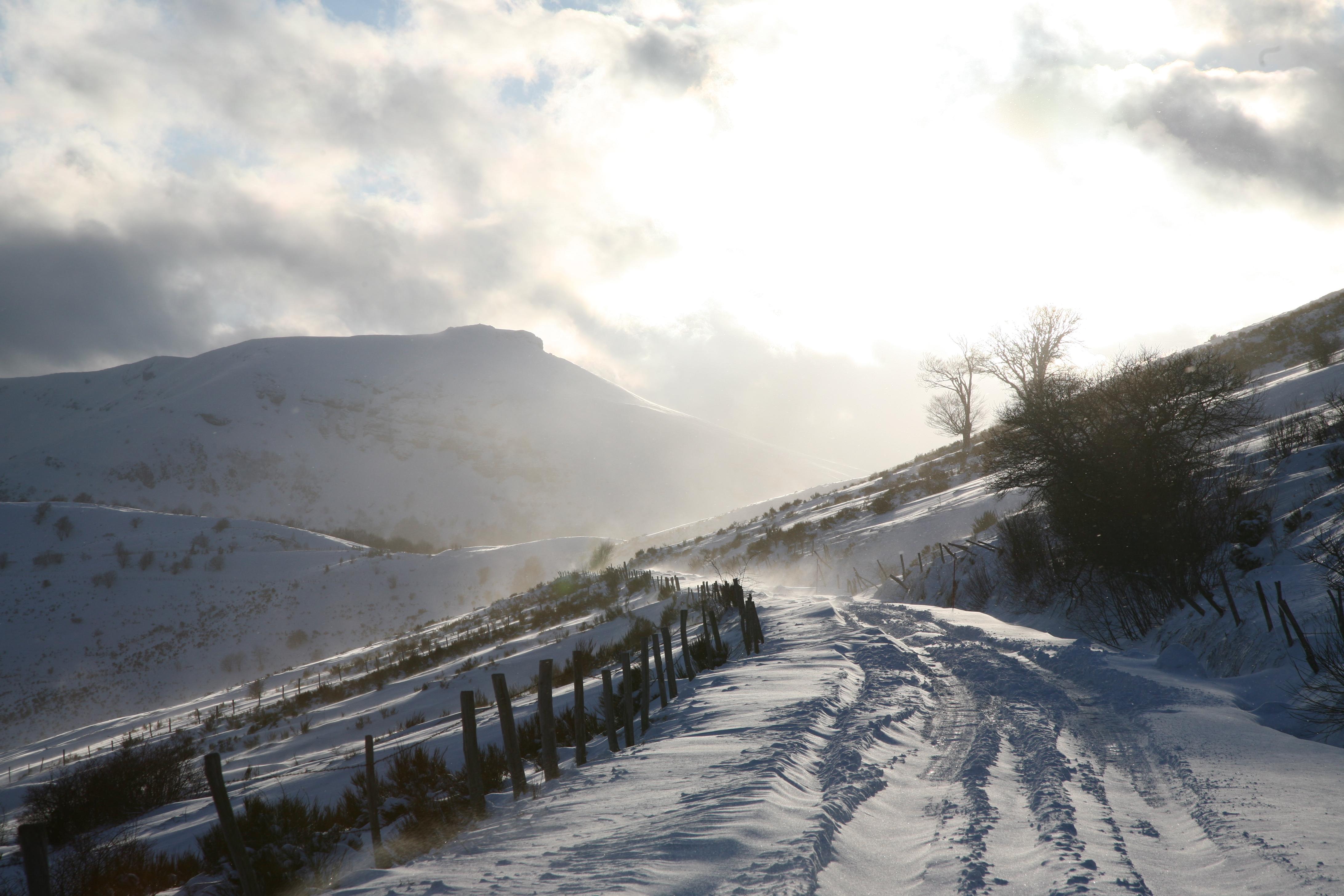 images gratuites paysage montagne neige hiver nuage lumi re du soleil matin colline. Black Bedroom Furniture Sets. Home Design Ideas