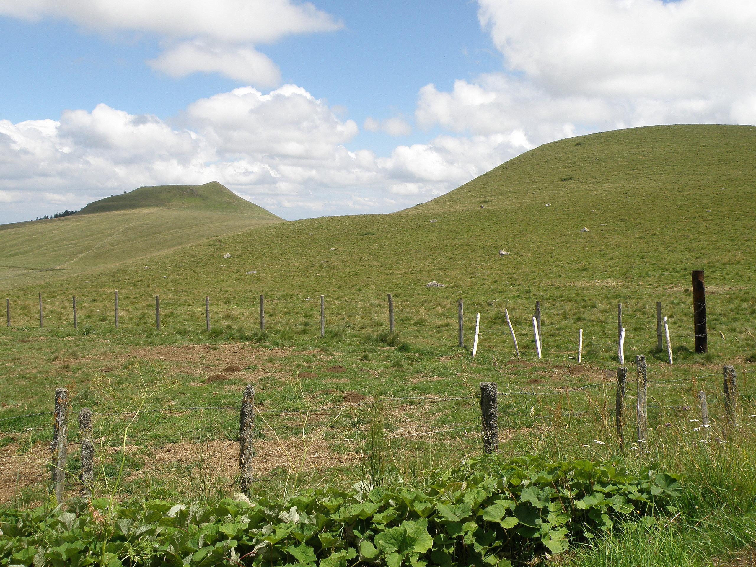 Kostenlose foto Landschaft Natur Gras Berg Zaun Himmel