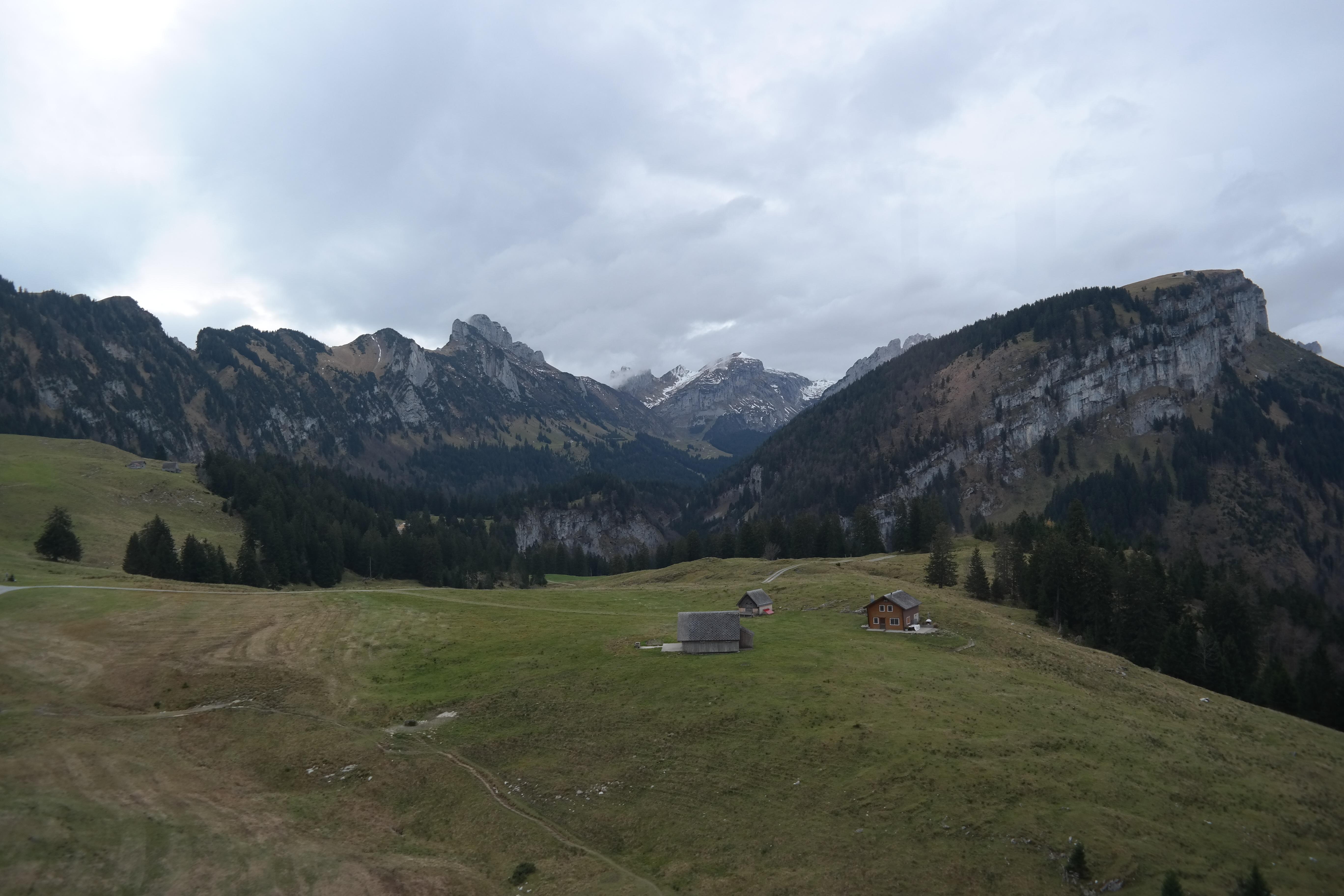 Gambar Pemandangan Padang Rumput Danau Lembah Pegunungan