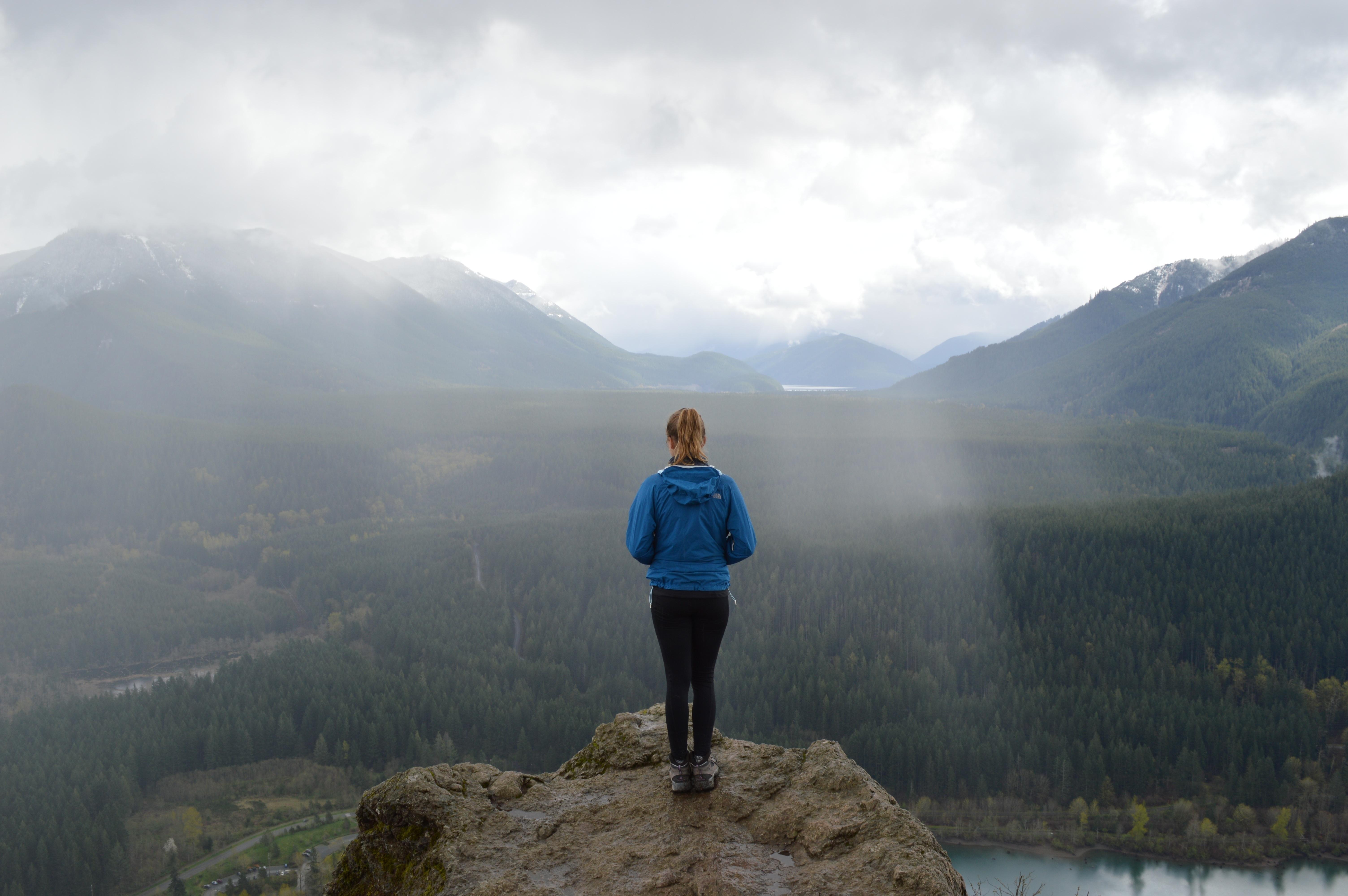 640+ Gambar Orang Melihat Pemandangan Alam Gratis Terbaik