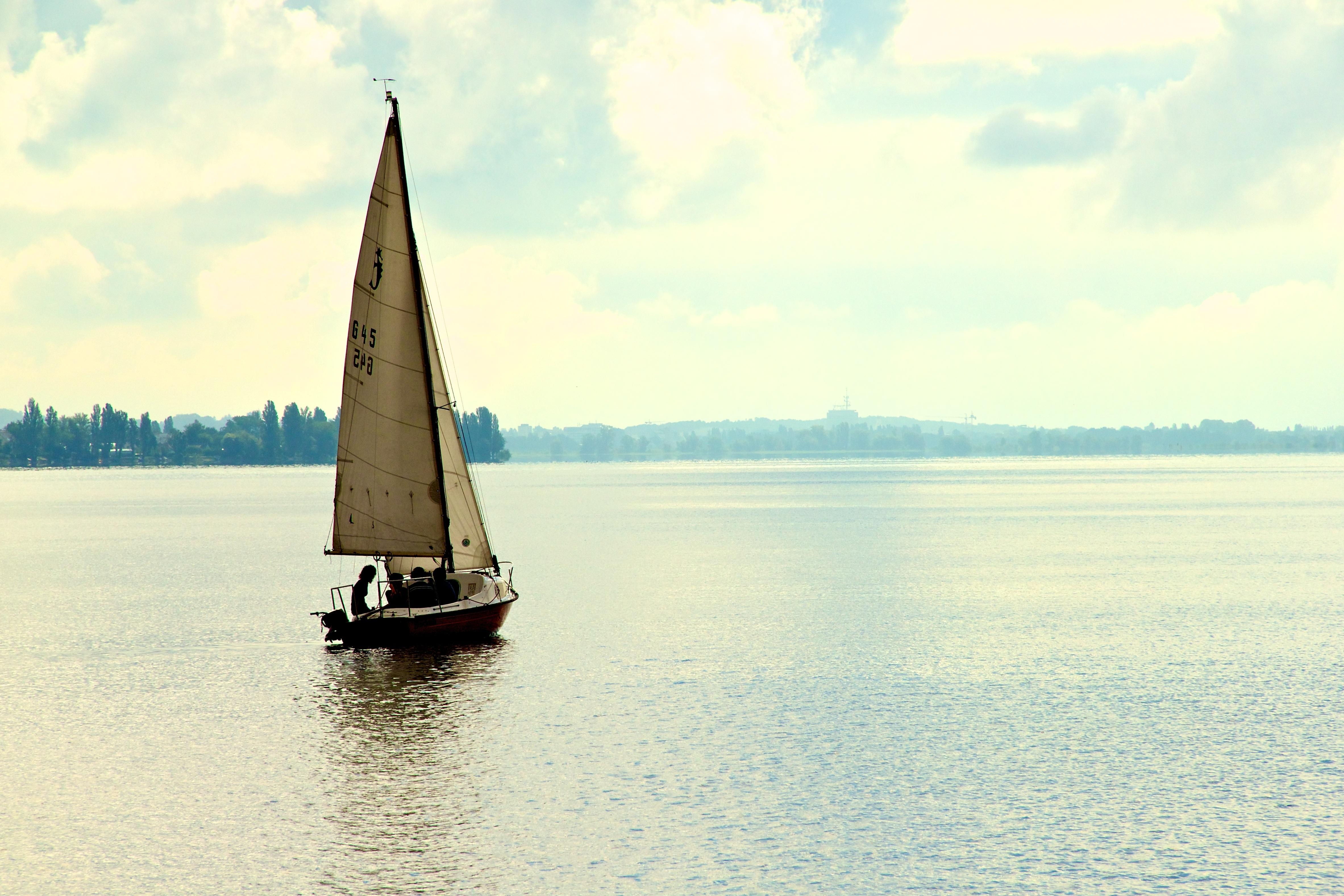 Картинки лодки с парусом