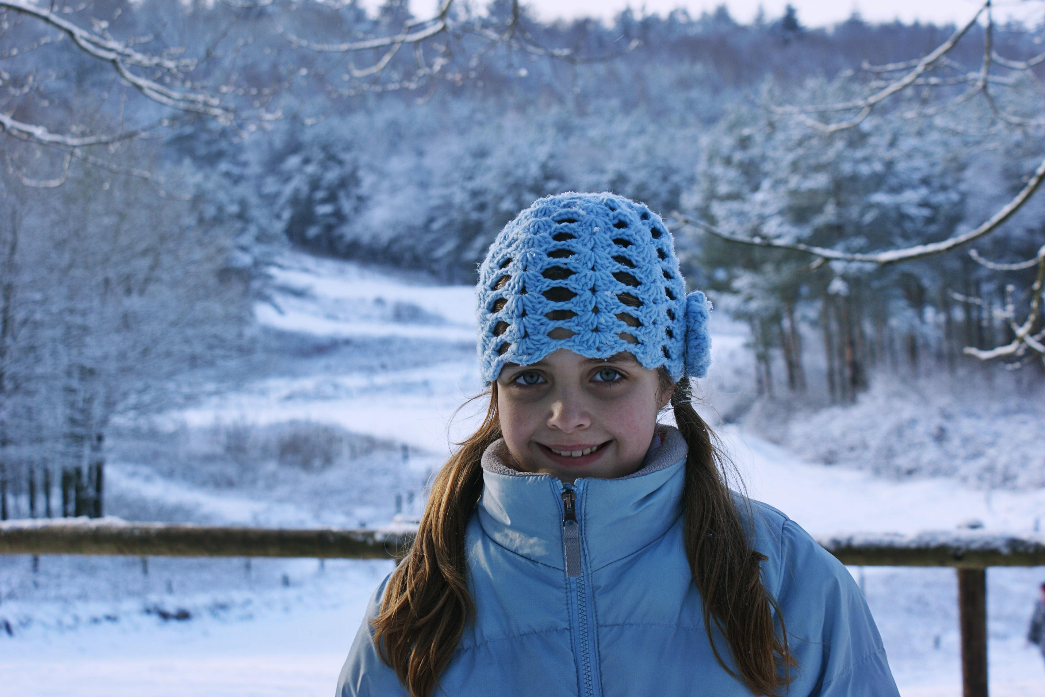 Дети девушки в снегу фото