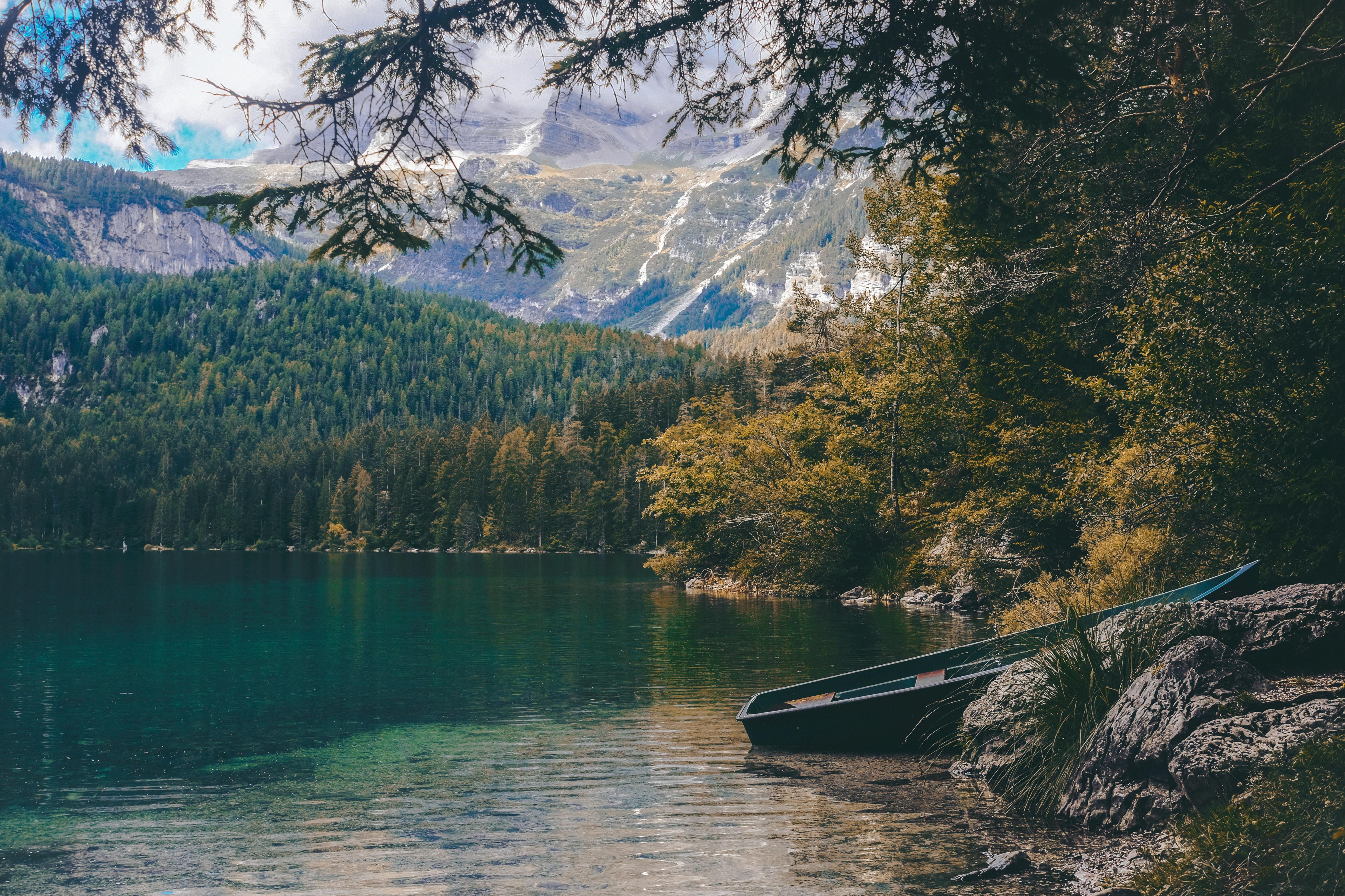 На лодке в горном озере  № 3062420  скачать