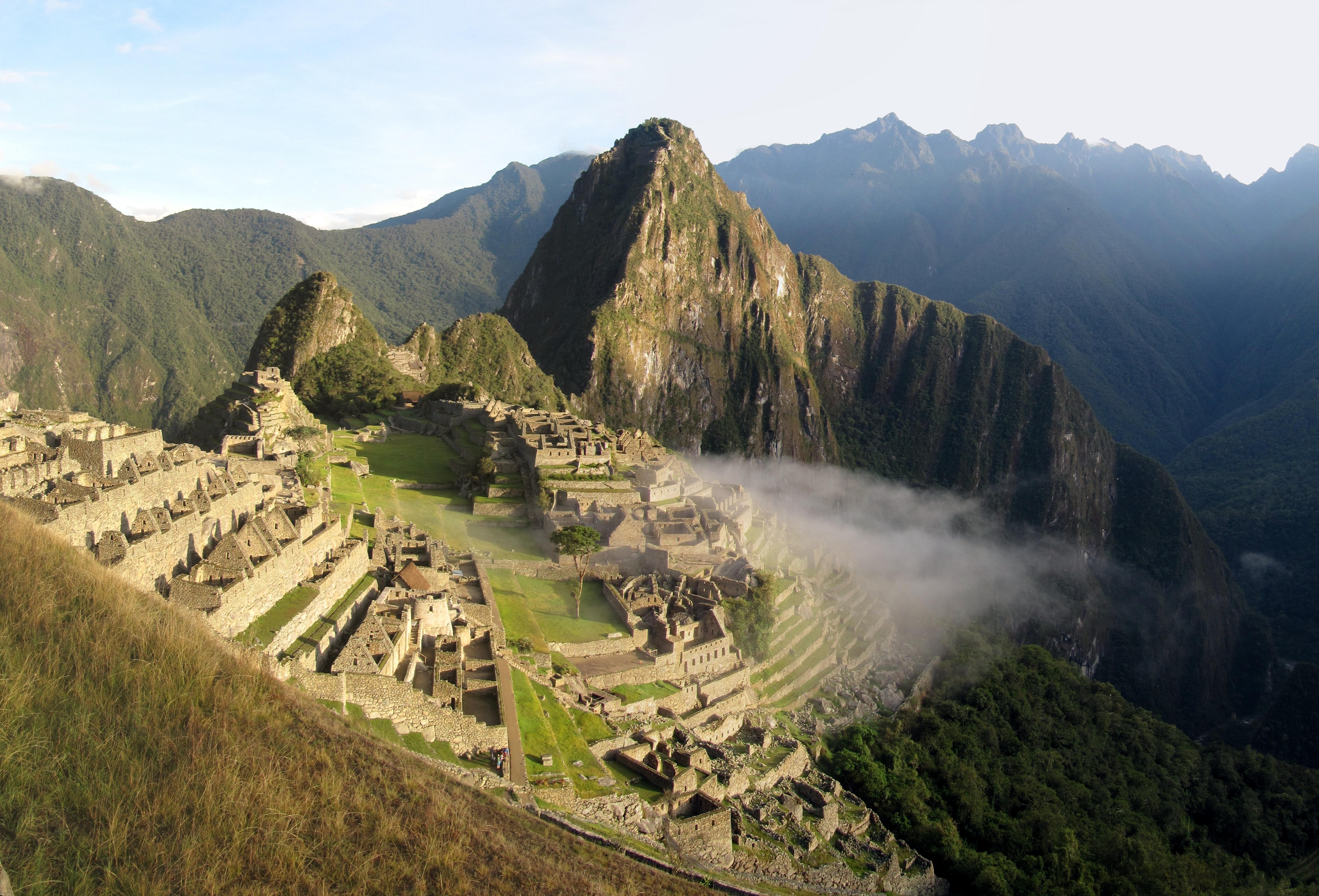 Gambar Pemandangan Berjalan Lembah Pegunungan Medan