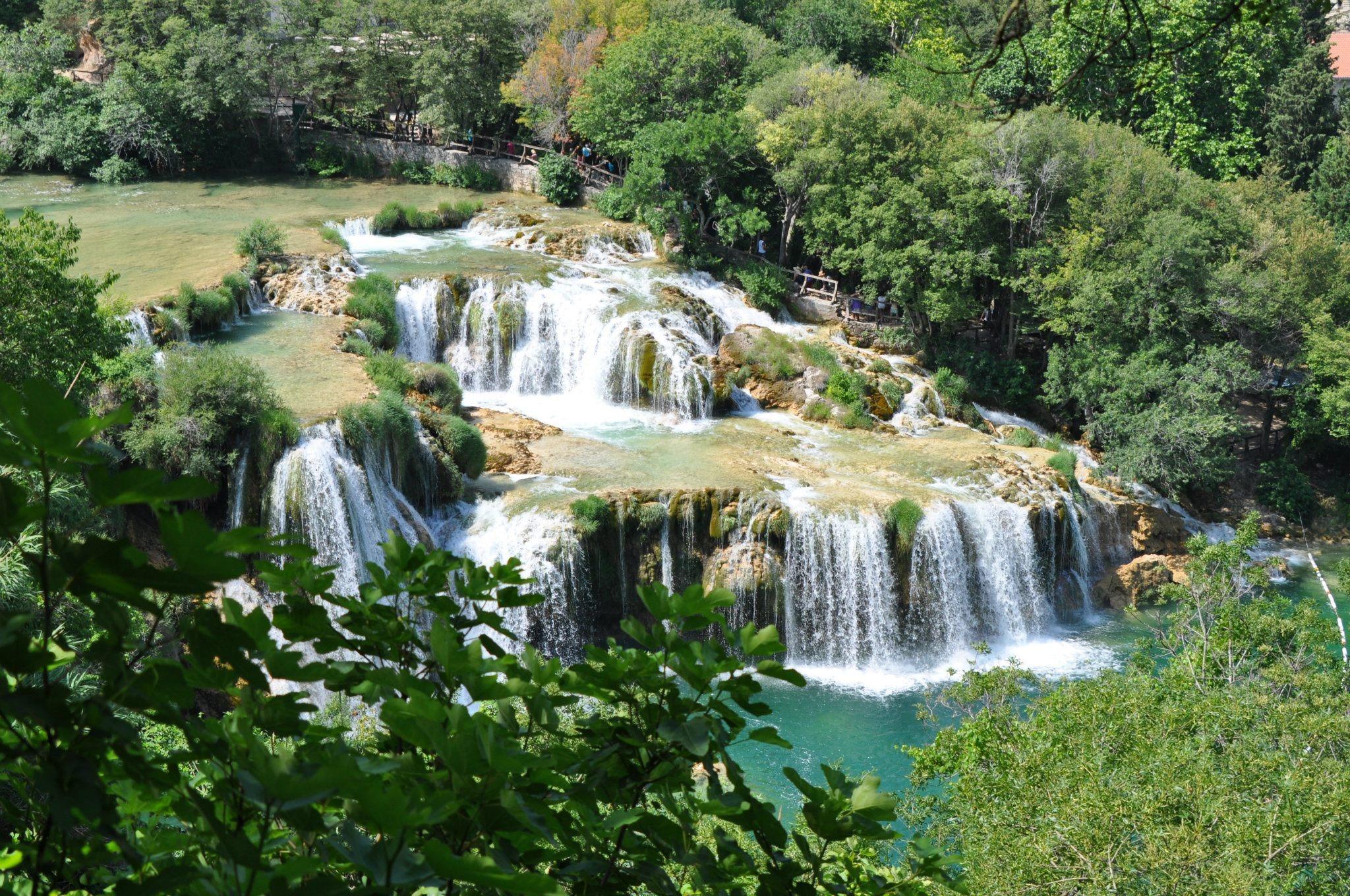 Cascada estanque estanque de jardin con cascada y peces for Cascada estanque