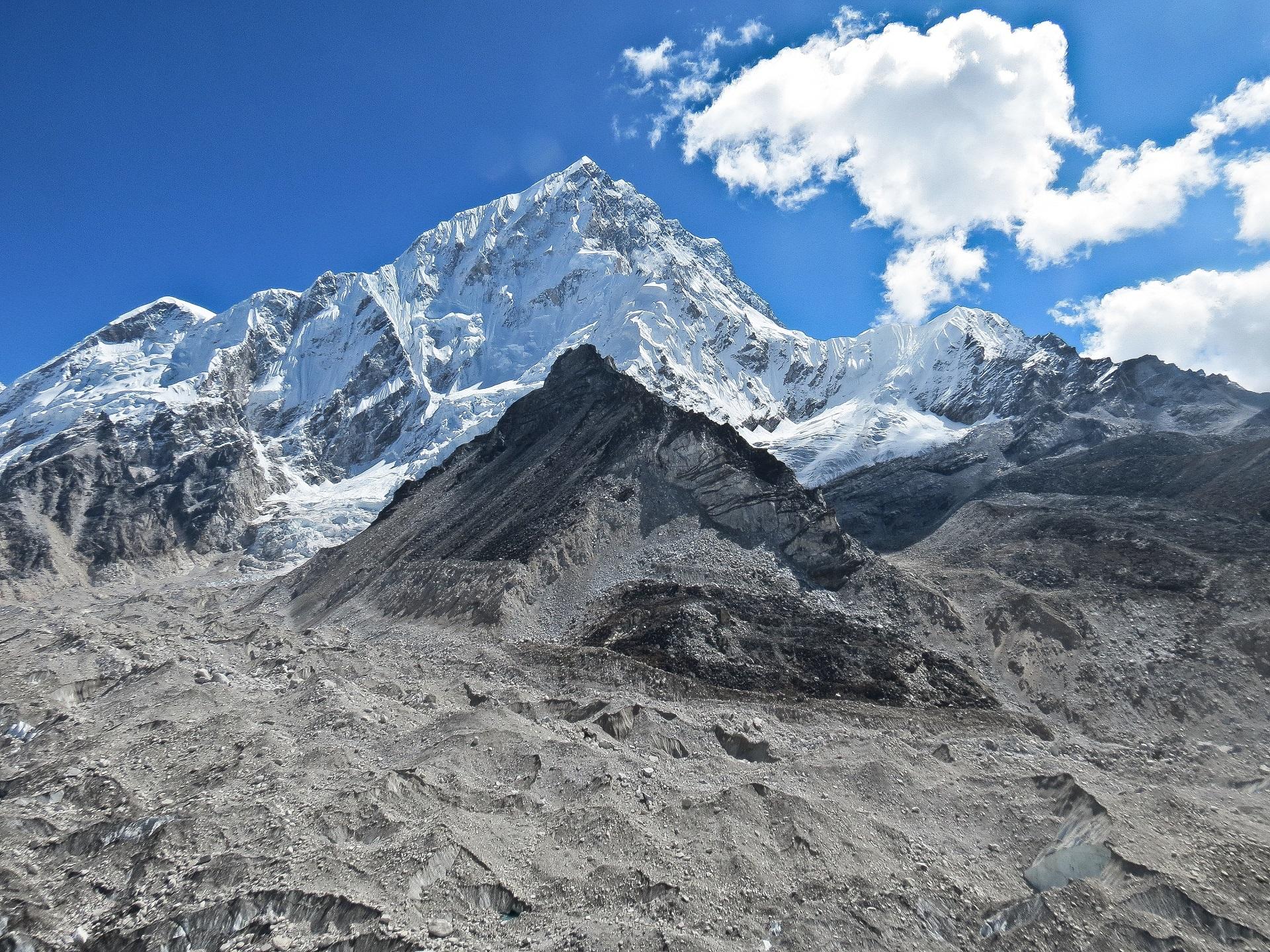 Gambar Pemandangan Gurun Berjalan Salju Petualangan