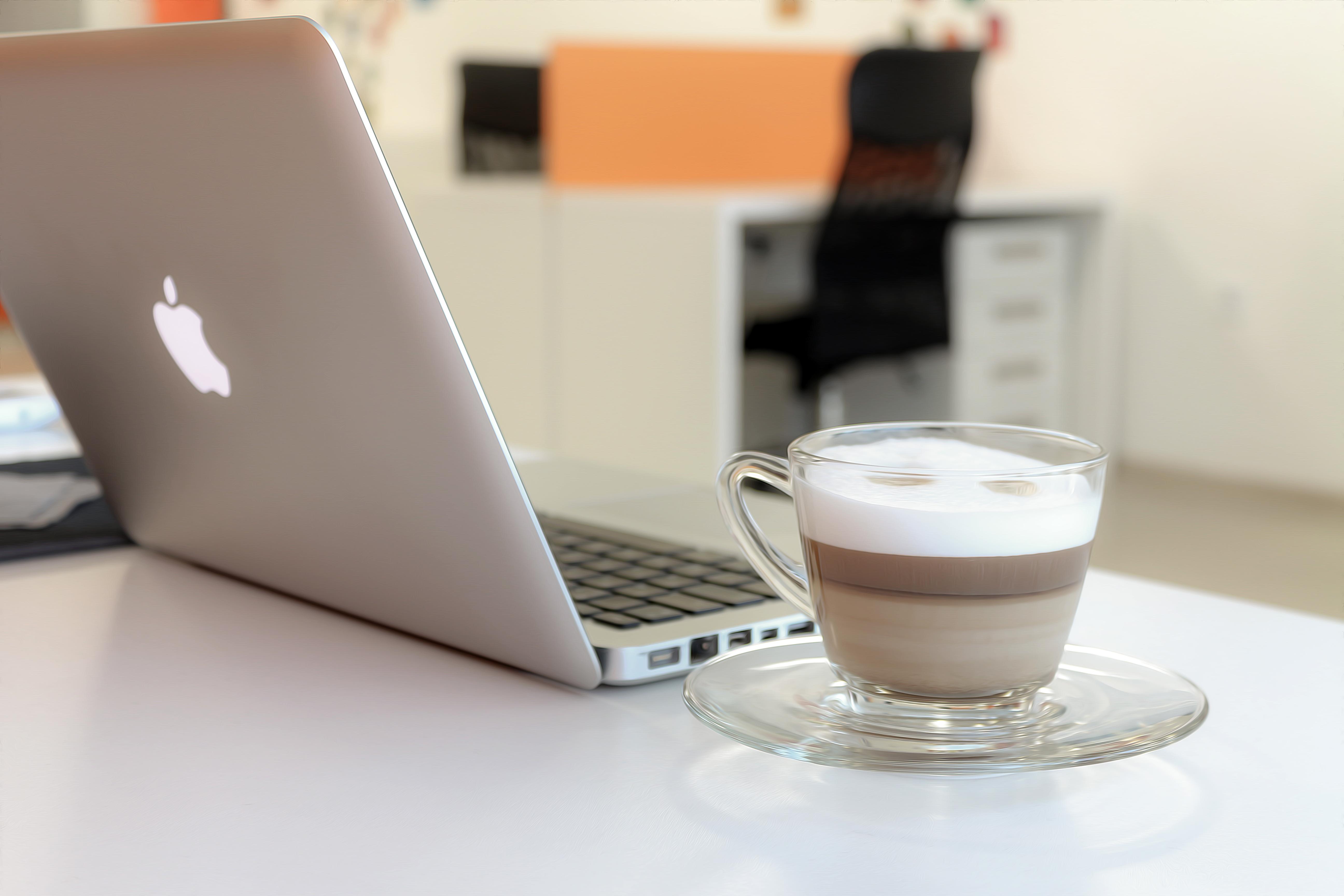 лежу красивая картинка ноутбук и кофе красивое брюнет