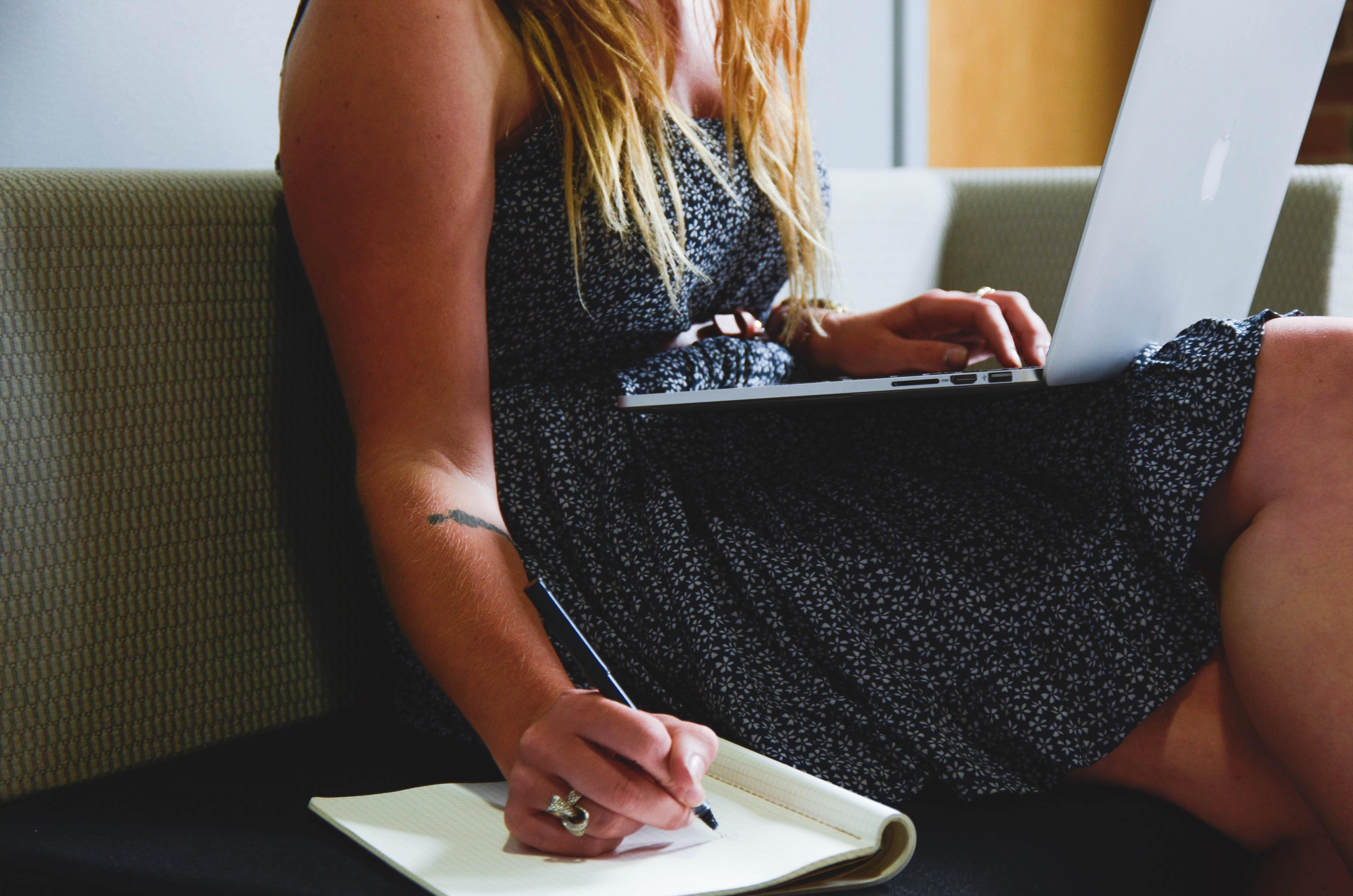 Fotos gratis : ordenador portátil, computadora, Macbook, escritura ...