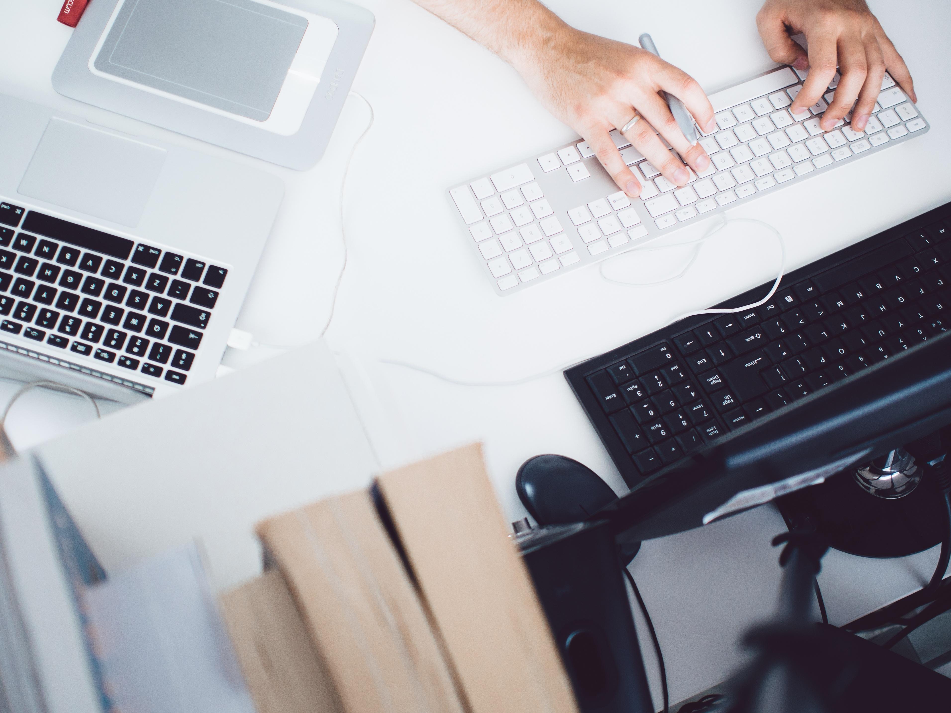 Kostenlose foto : Laptop, Schreibtisch, Computer, Macbook, Schreiben ...