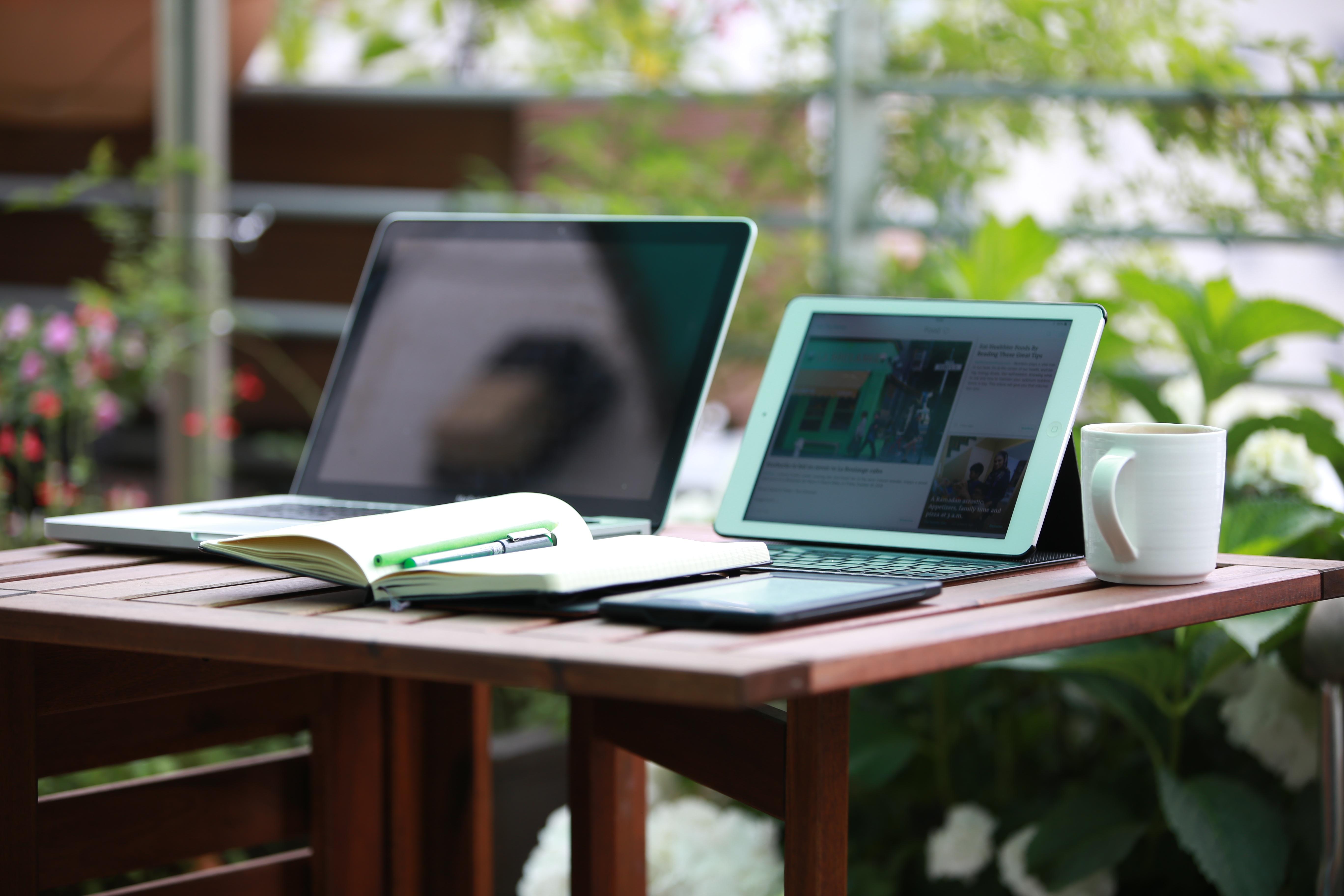 как картинки компьютеров и ноутбуков на столе названия