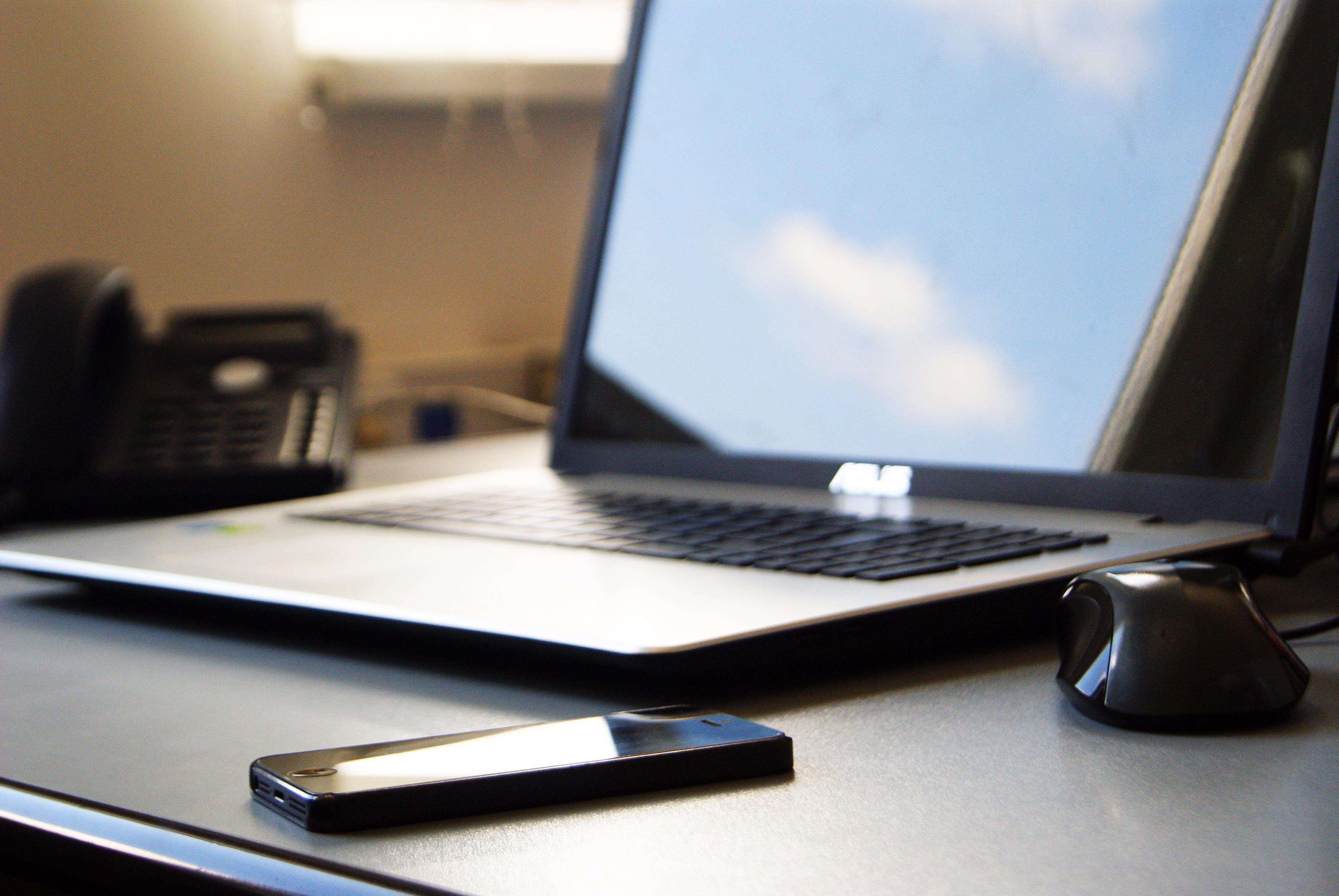 Gambar Laptop Iphone Smartphone Mobile Meja Teknologi Kantor