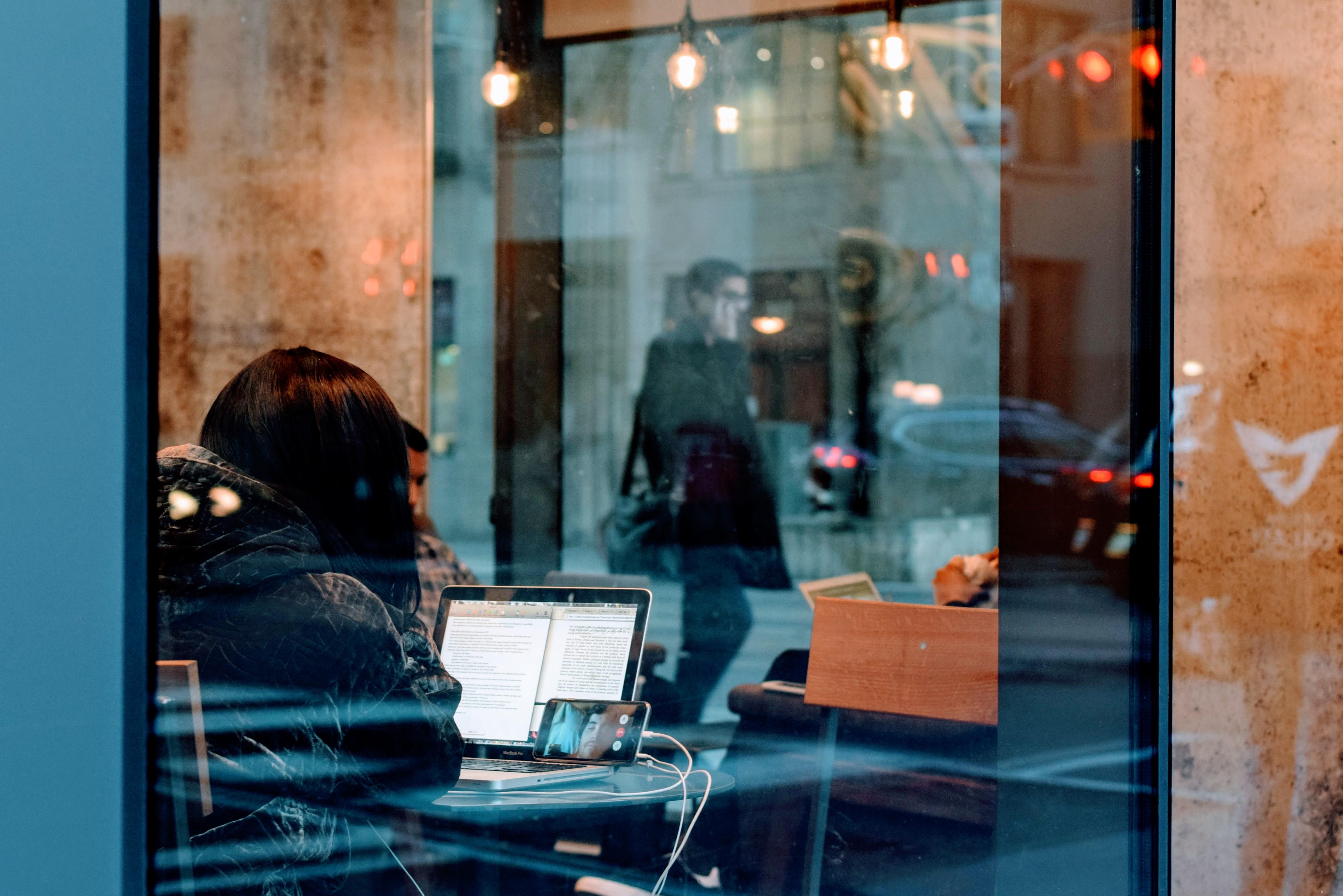 Gratis afbeeldingen : laptop man licht mensen meisje vrouw