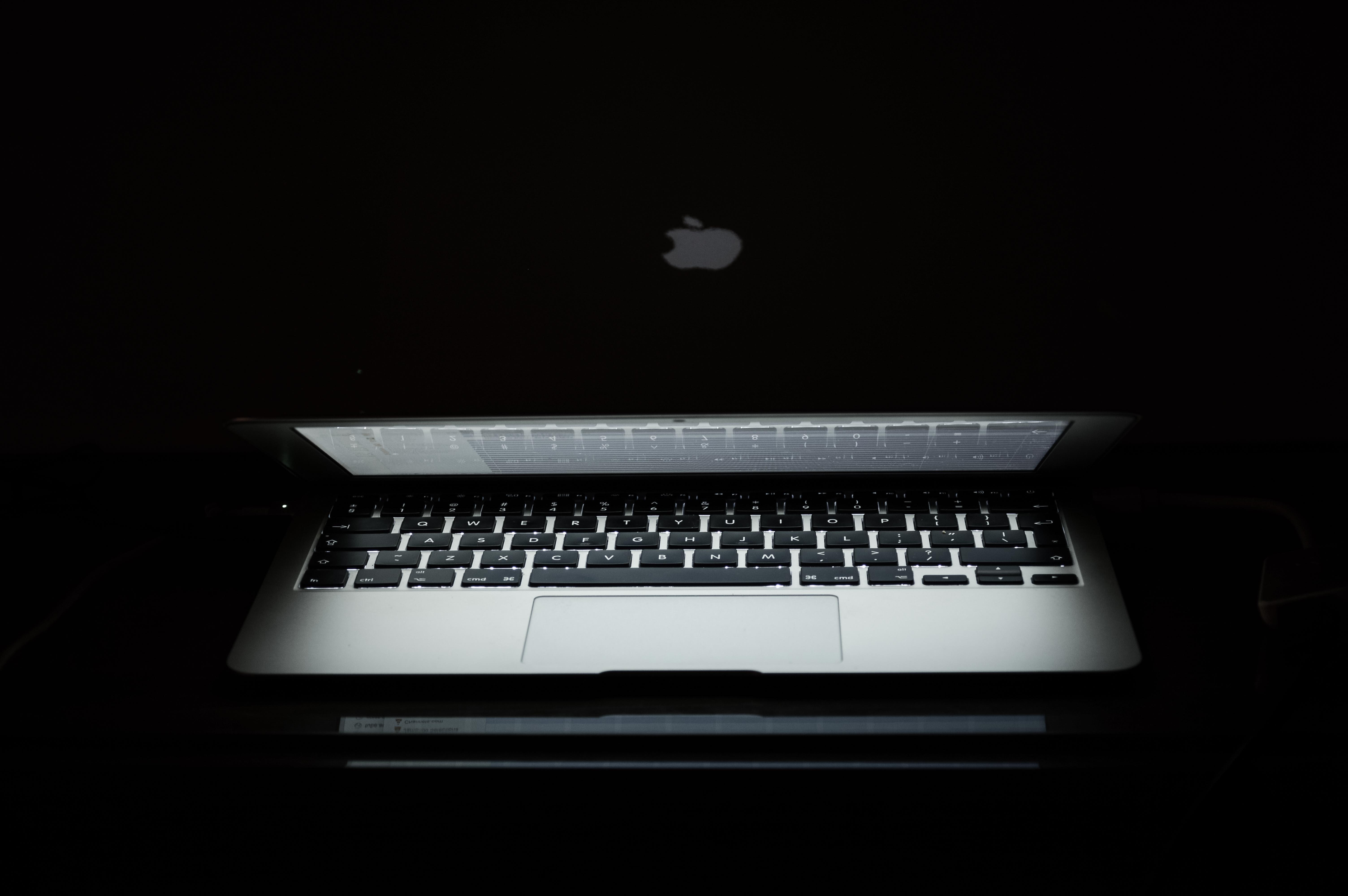 Immagini belle : il computer portatile taccuino macbook mobile