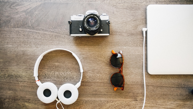 портативный компьютер блокнот Музыка технологии камера Фото Гаджет Мода  Стиль жизни Бренд продукт Аудио наушники Слушать 4cef0644a7928